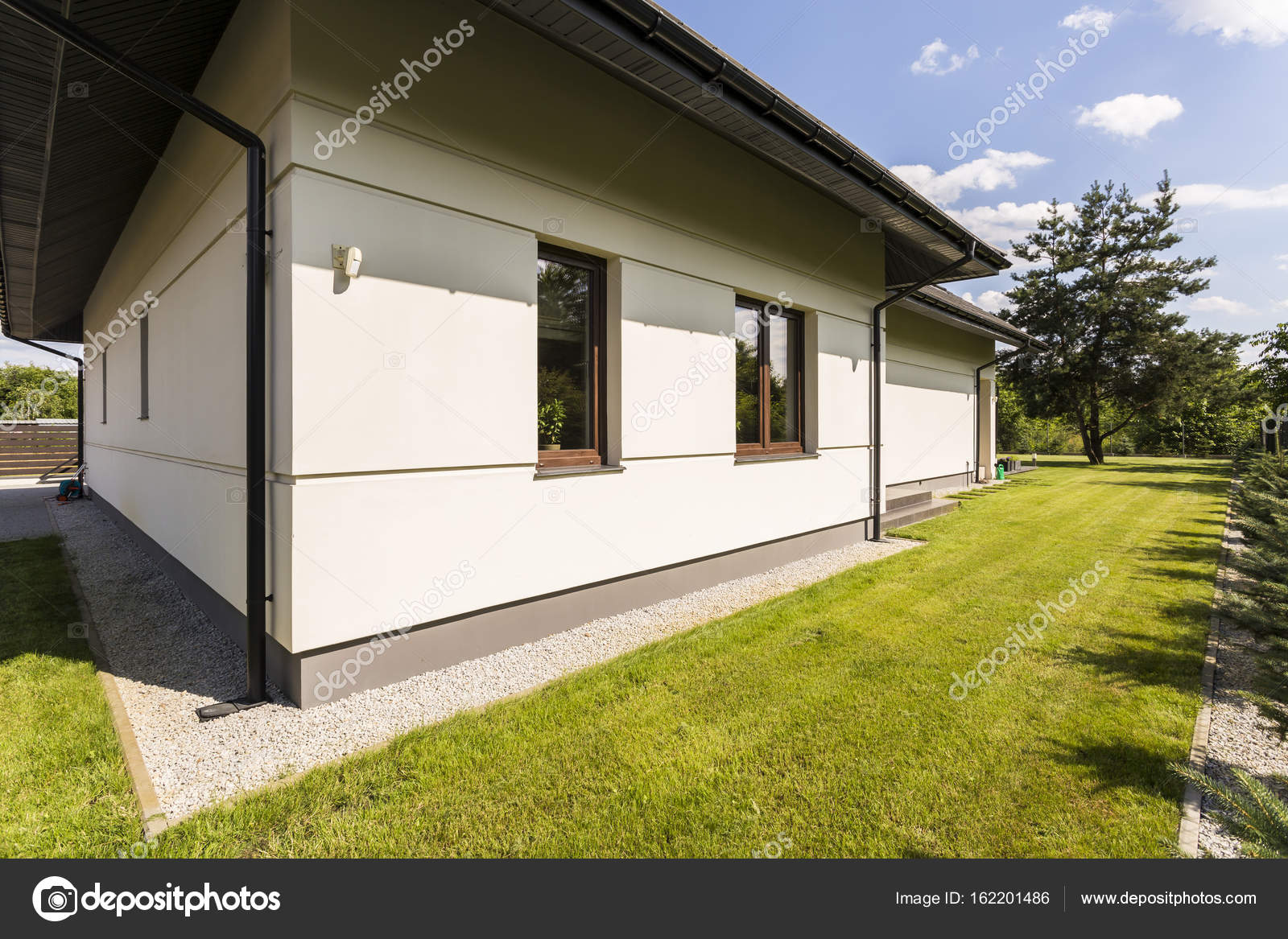 Großes Haus außen im modernen Stil — Stockfoto © photographee.eu ...