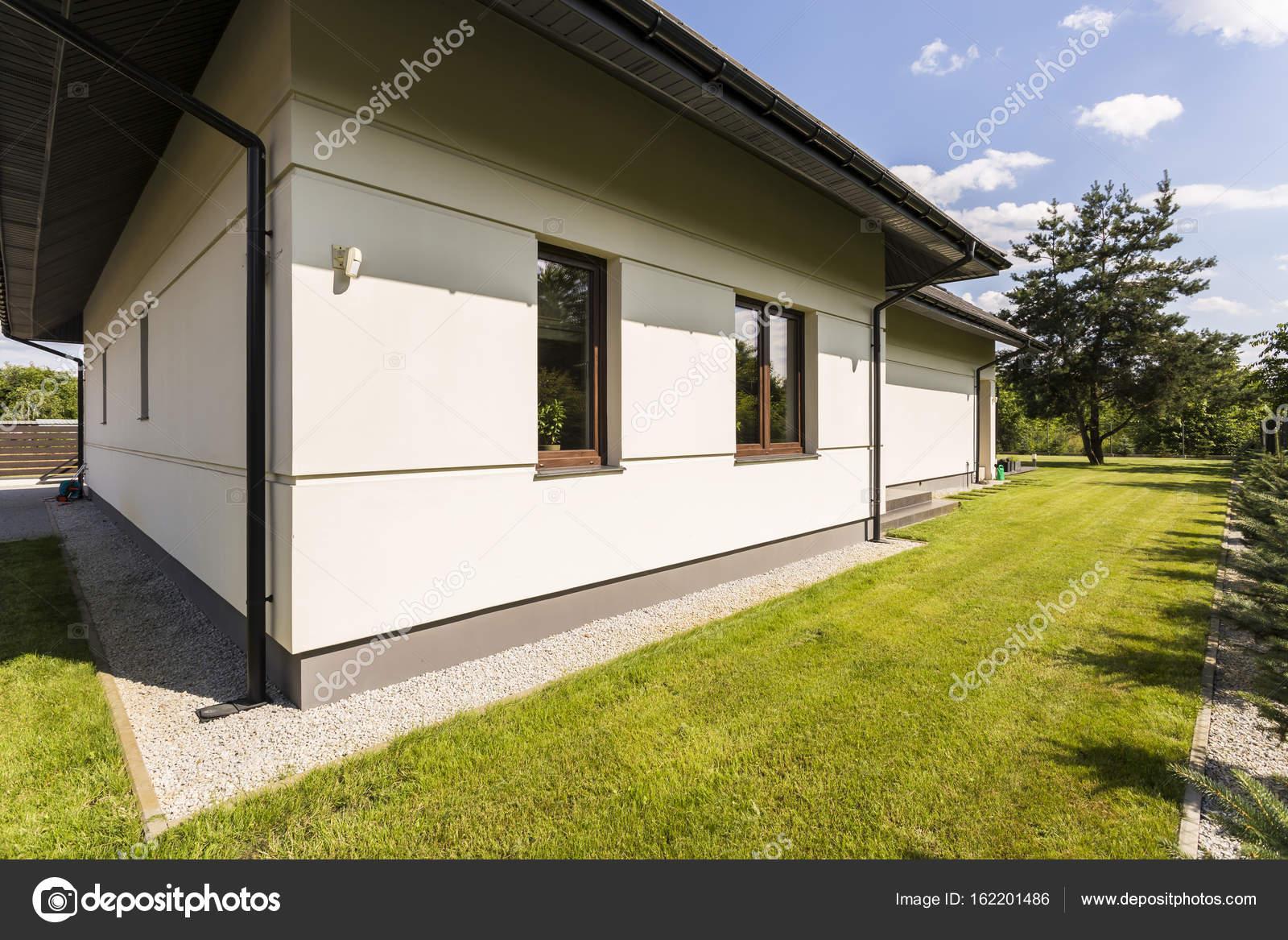 Groot huis buitenkant in moderne stijl u2014 stockfoto © photographee.eu