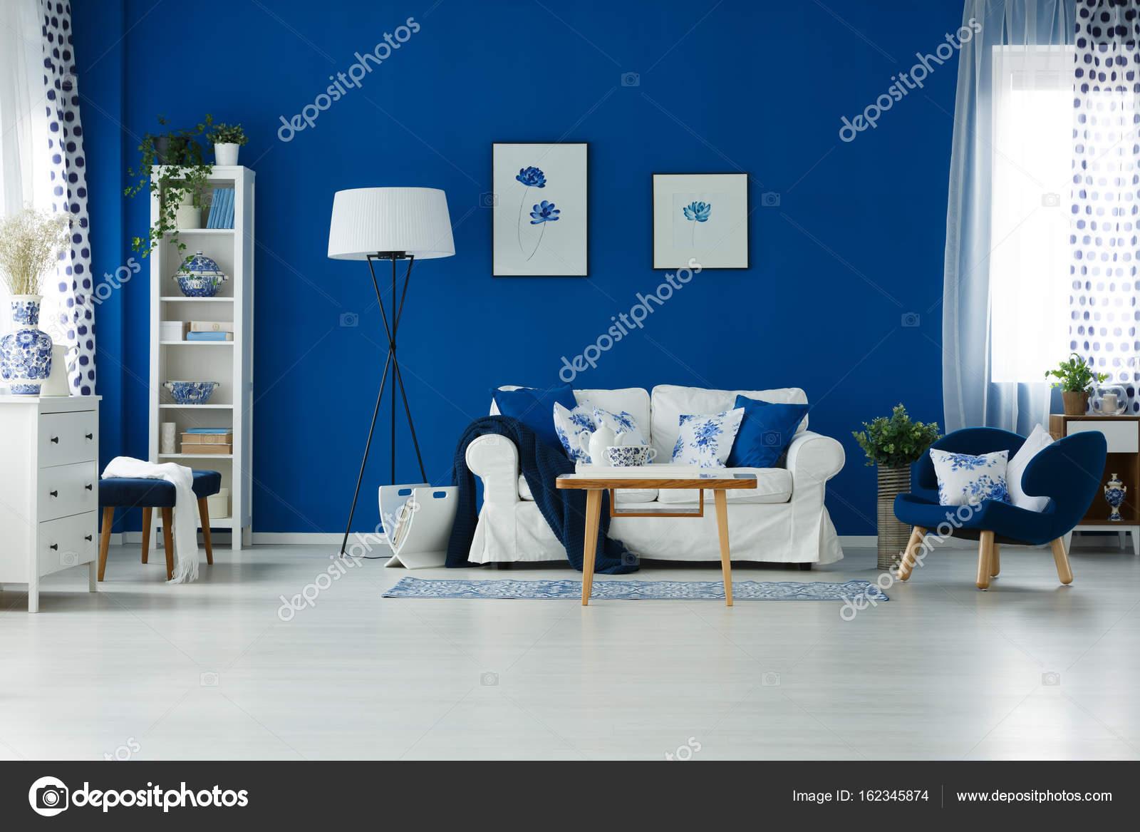 Blauwe muur verfraaide kamer lege blauwe kamer vloer