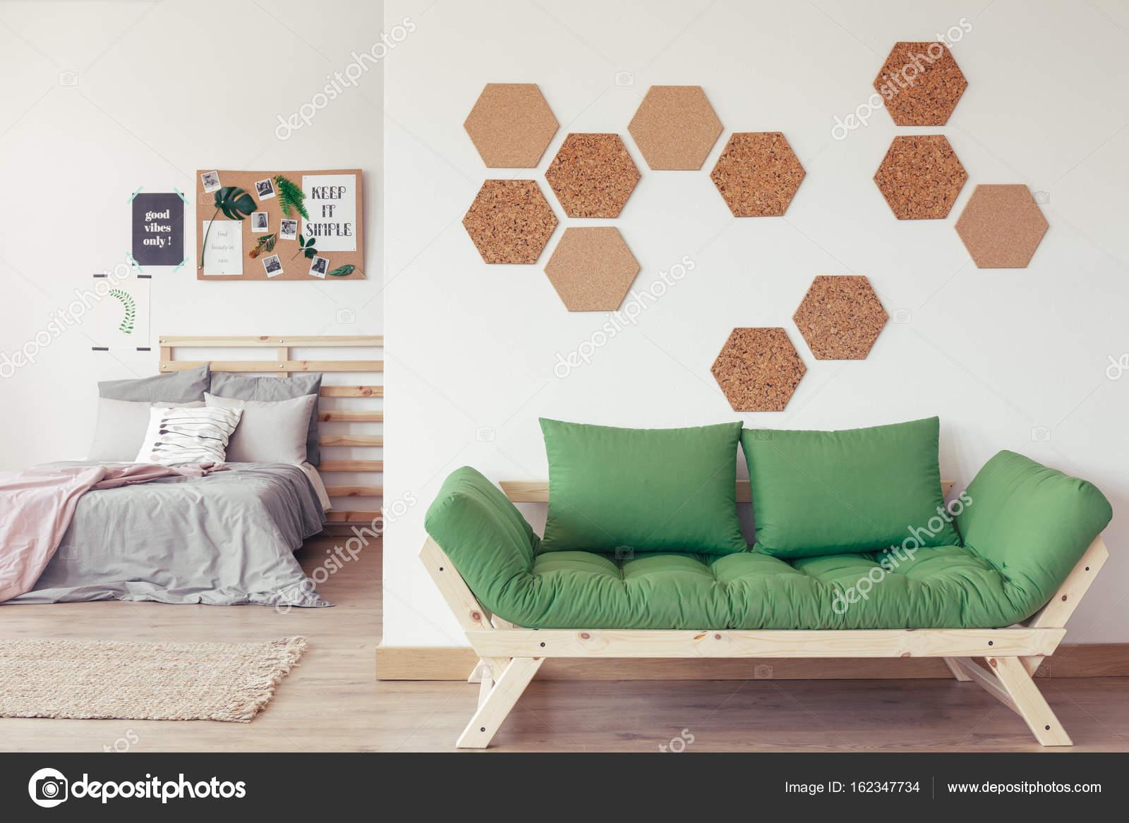Natürliche Interieur mit grünen sofa — Stockfoto © photographee.eu ...
