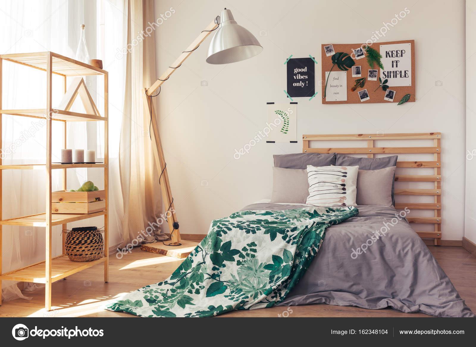 Warme slaapkamer met botanische elementen — Stockfoto © photographee ...