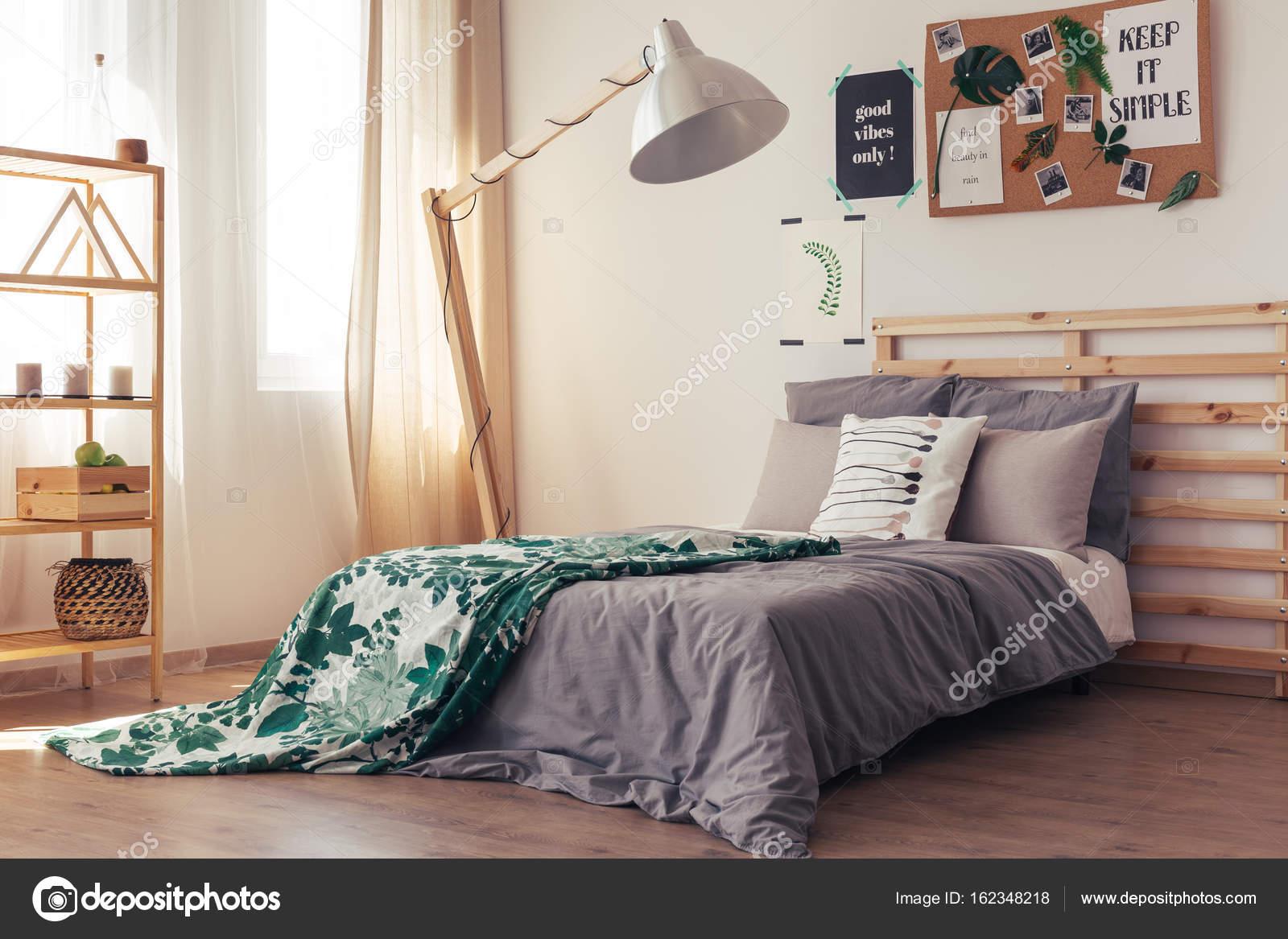 Camera da letto contemporanea con piumone botanico — Foto ...