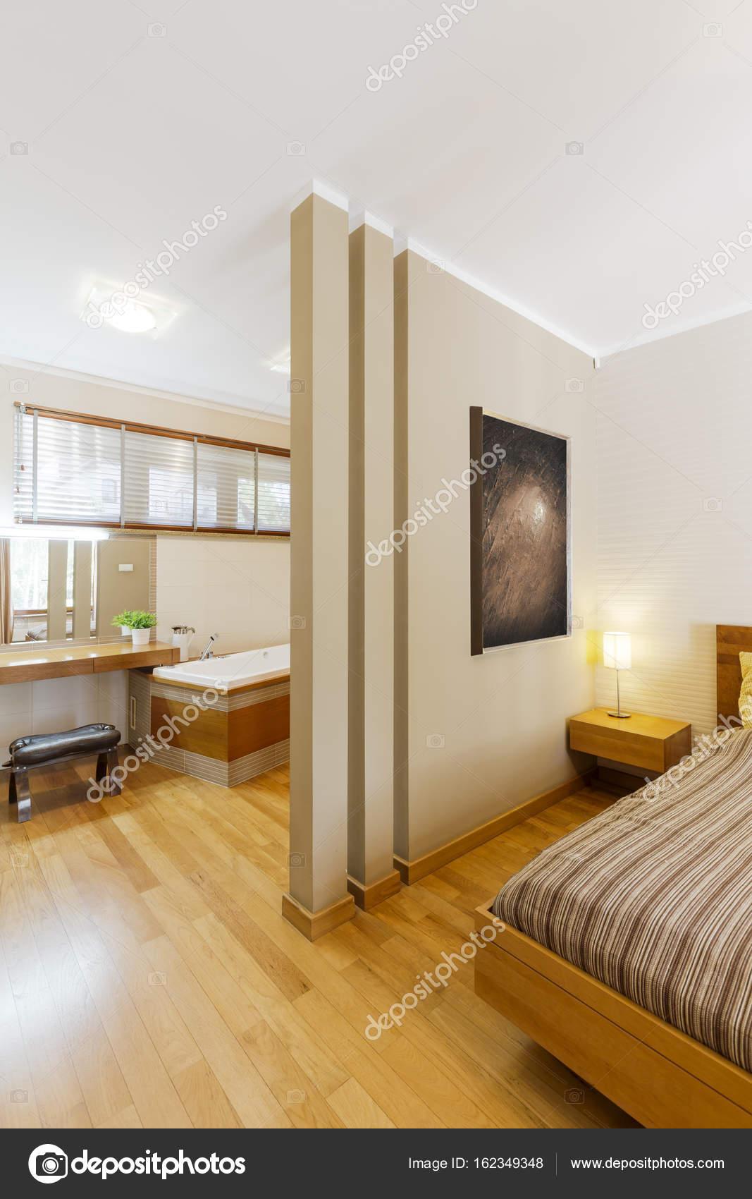 Stilvolle Schlafzimmer mit Bad-Ecke — Stockfoto © photographee.eu ...