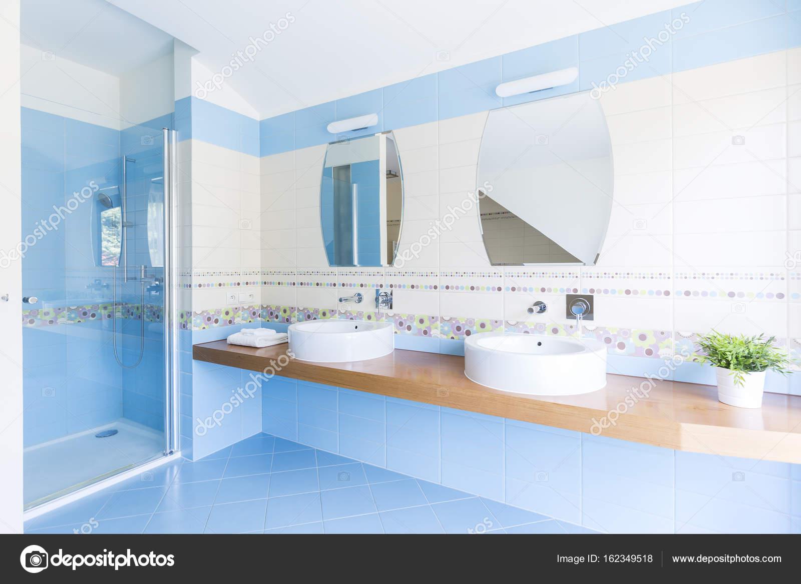 Bagno bianco e blu u foto stock photographee eu