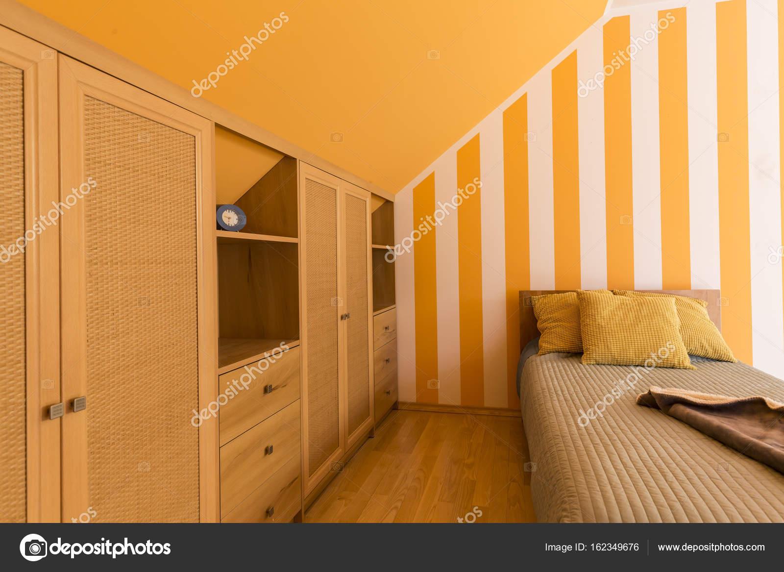 Witte en oranje slaapkamer met kleine bed — Stockfoto © photographee ...