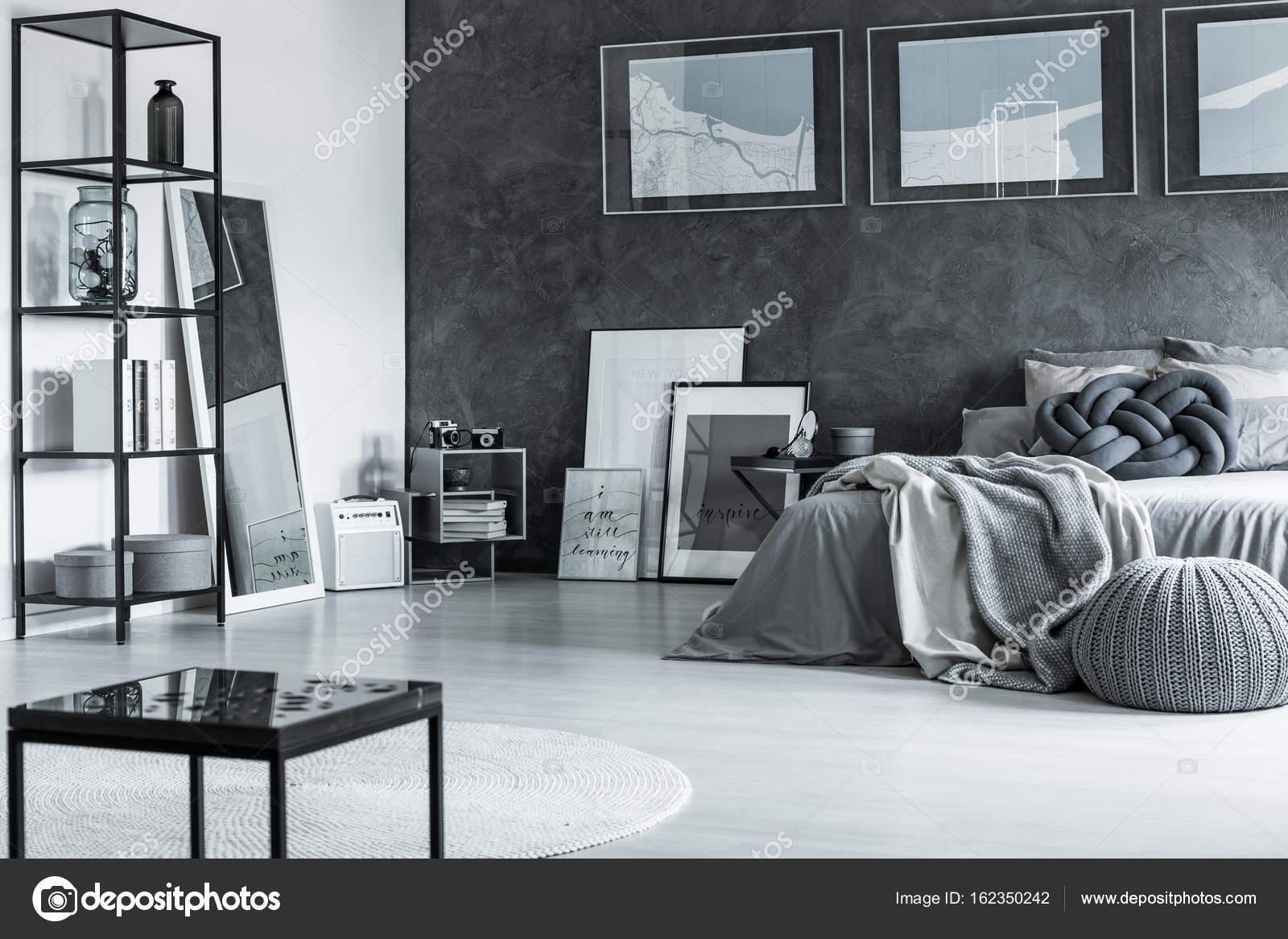 Camera da letto con mappa e specchio — Foto Stock © photographee.eu ...