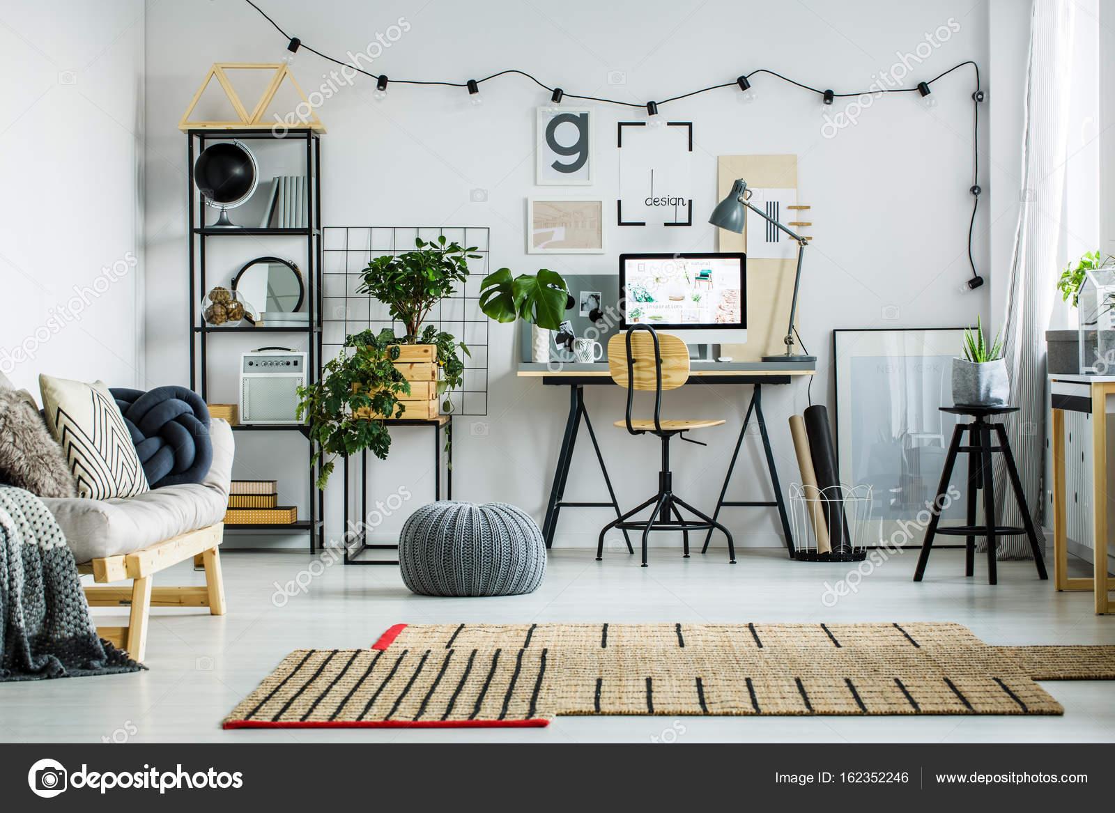 Pavimento Bianco Grigio : Pouf in grigio sul pavimento bianco lucido u foto stock