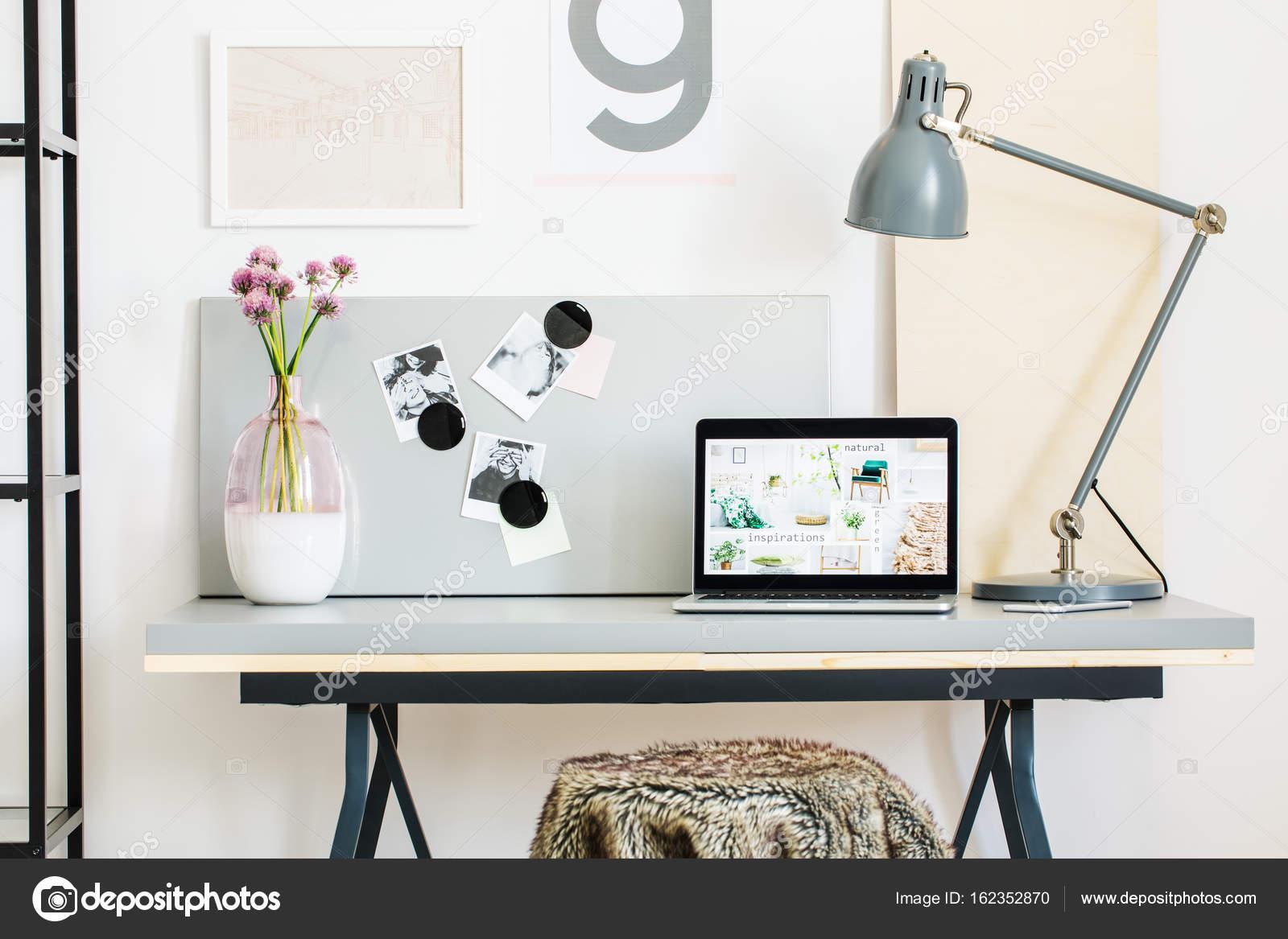 Lampada Scrivania Viola : Moderna scrivania con lampada u2014 foto stock © photographee.eu #162352870