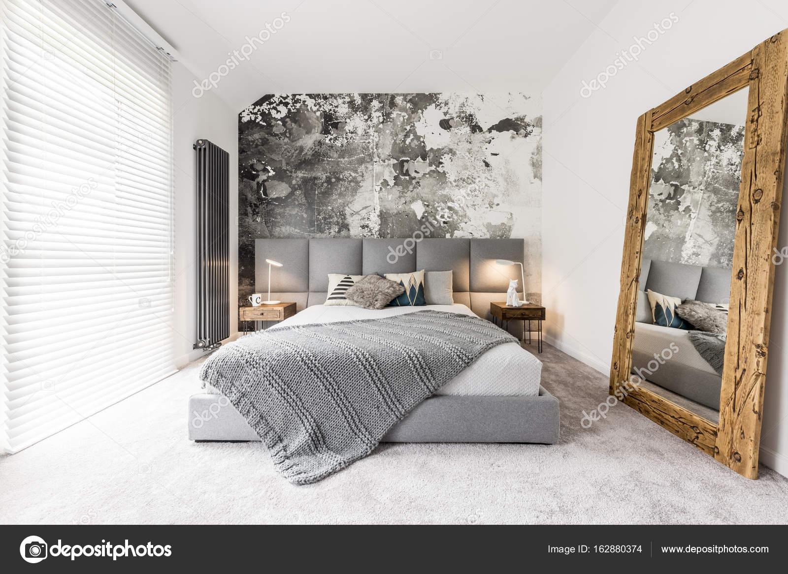 Slaapkamer met grote houten spiegel u stockfoto
