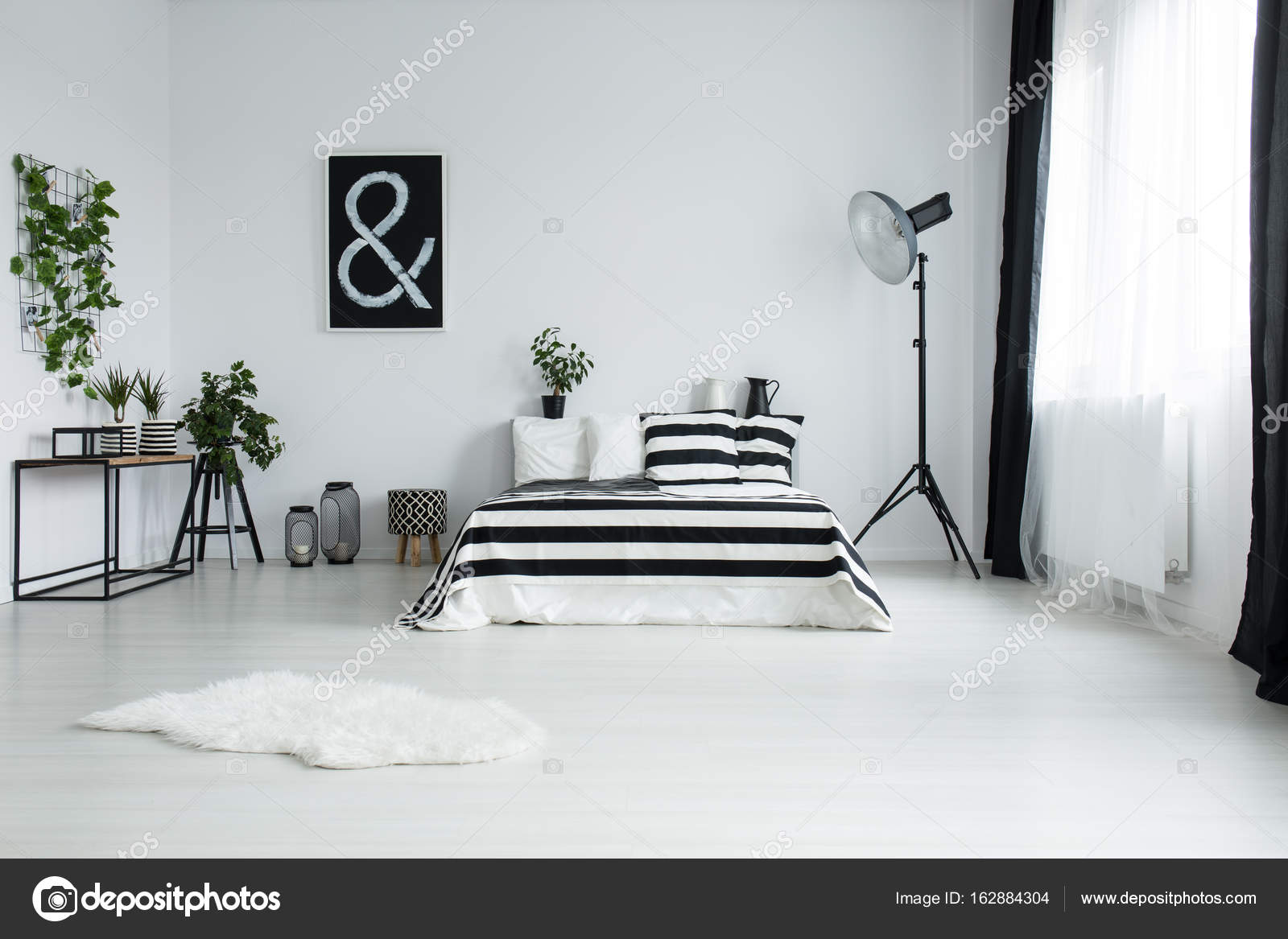 Kleine Minimalistische Slaapkamer : Witte vacht op verdieping in minimalistische slaapkamer