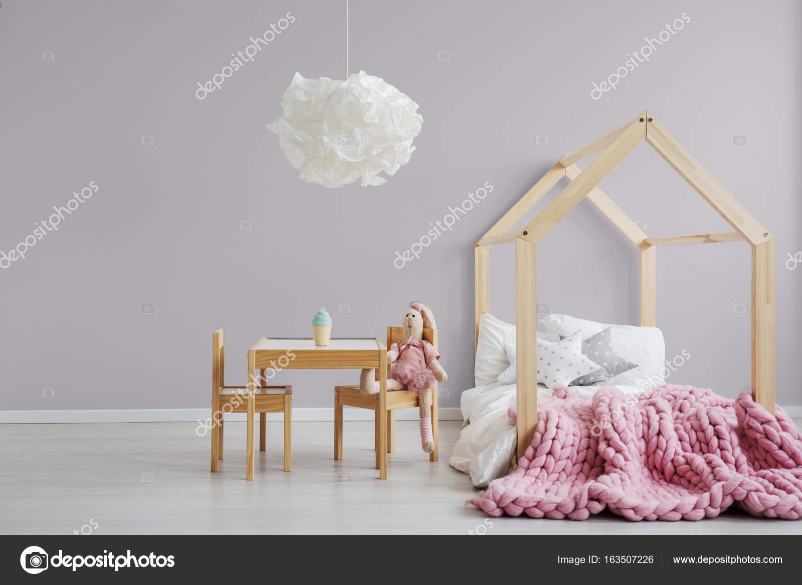 Camera da letto della ragazza rosa pastello — Foto Stock ...
