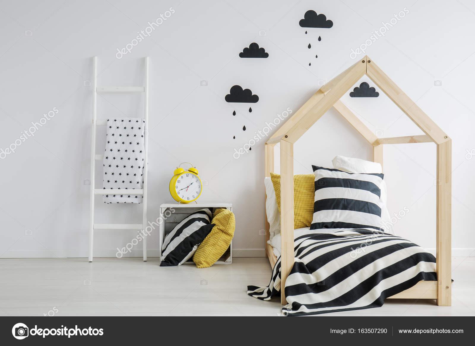 Bett mit Bettwäsche gestreift — Stockfoto © photographee.eu #163507290