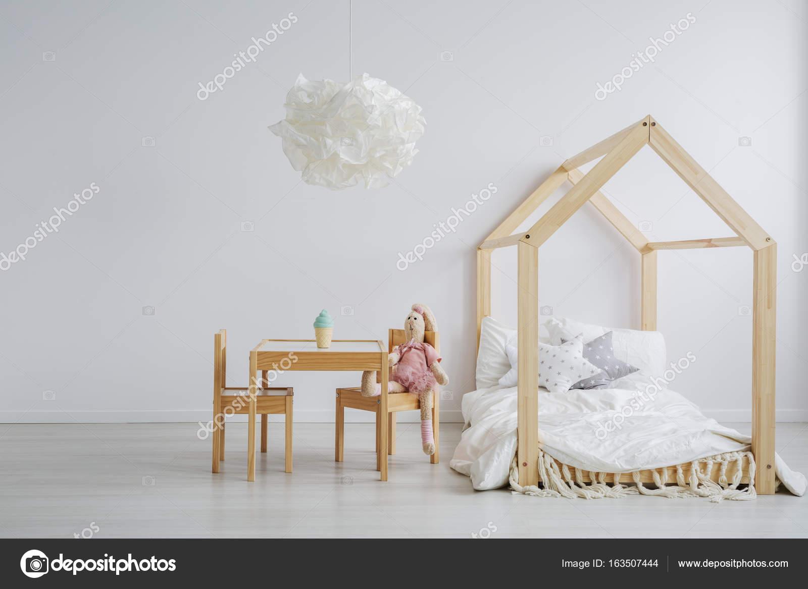 elegante kind tisch und bett — stockfoto © photographee.eu #163507444