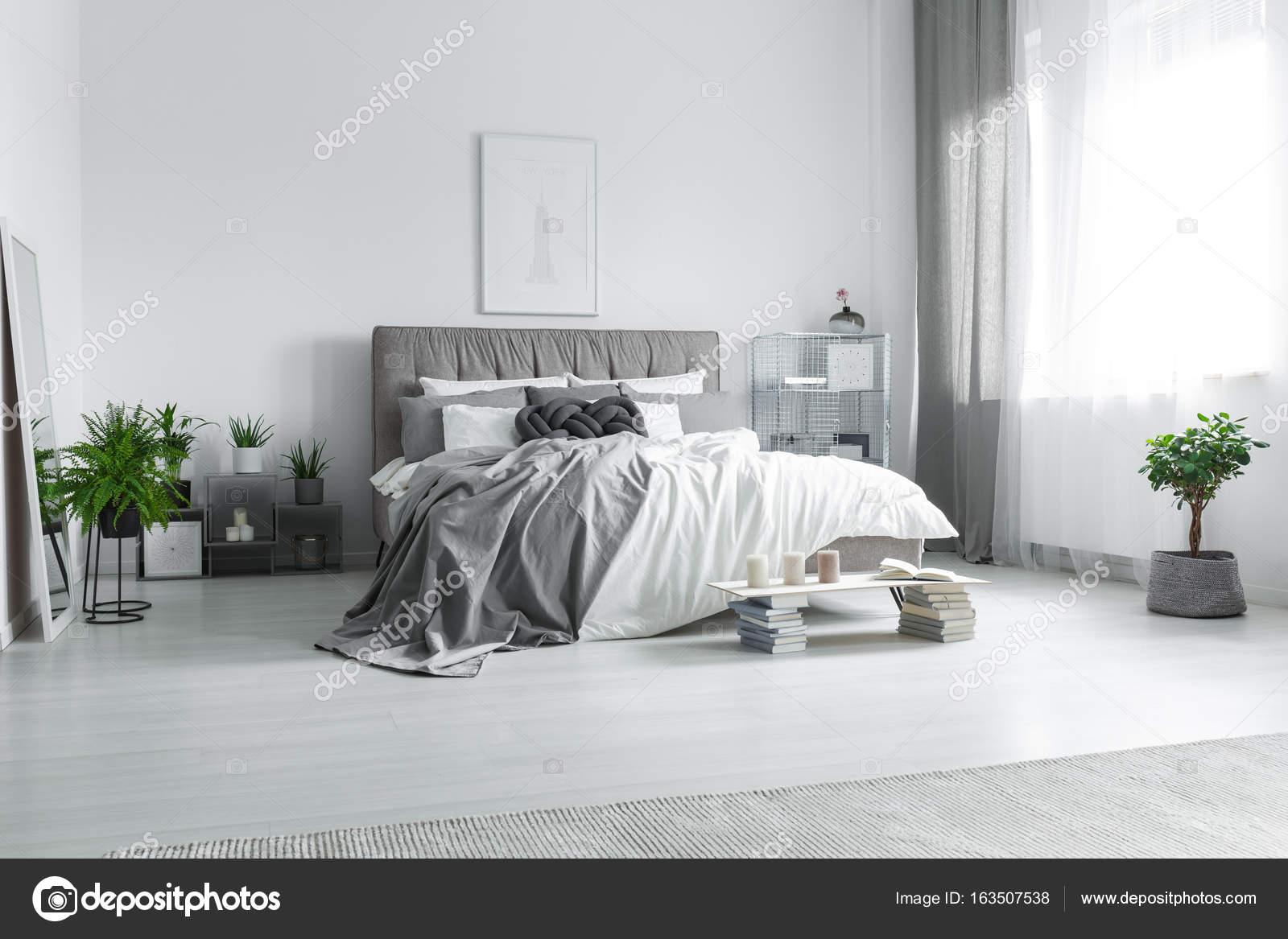 Cama desordenada en la habitación de hotel — Fotos de Stock ...