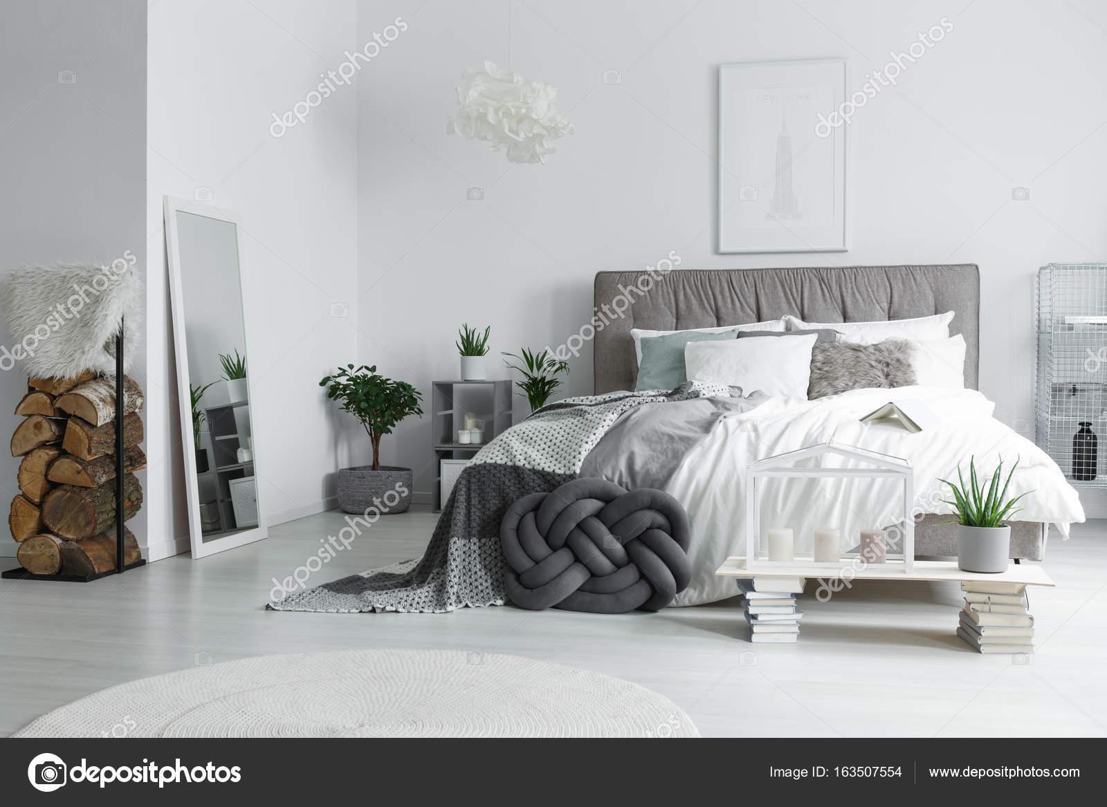 Spiegel in lichte slaapkamer — Stockfoto © photographee.eu #163507554