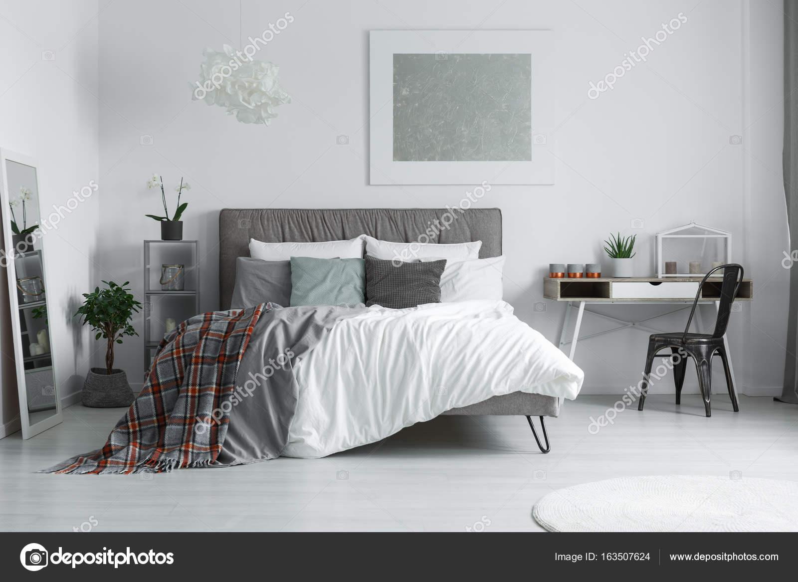 Manta a cuadros en la cama — Fotos de Stock © photographee.eu #163507624