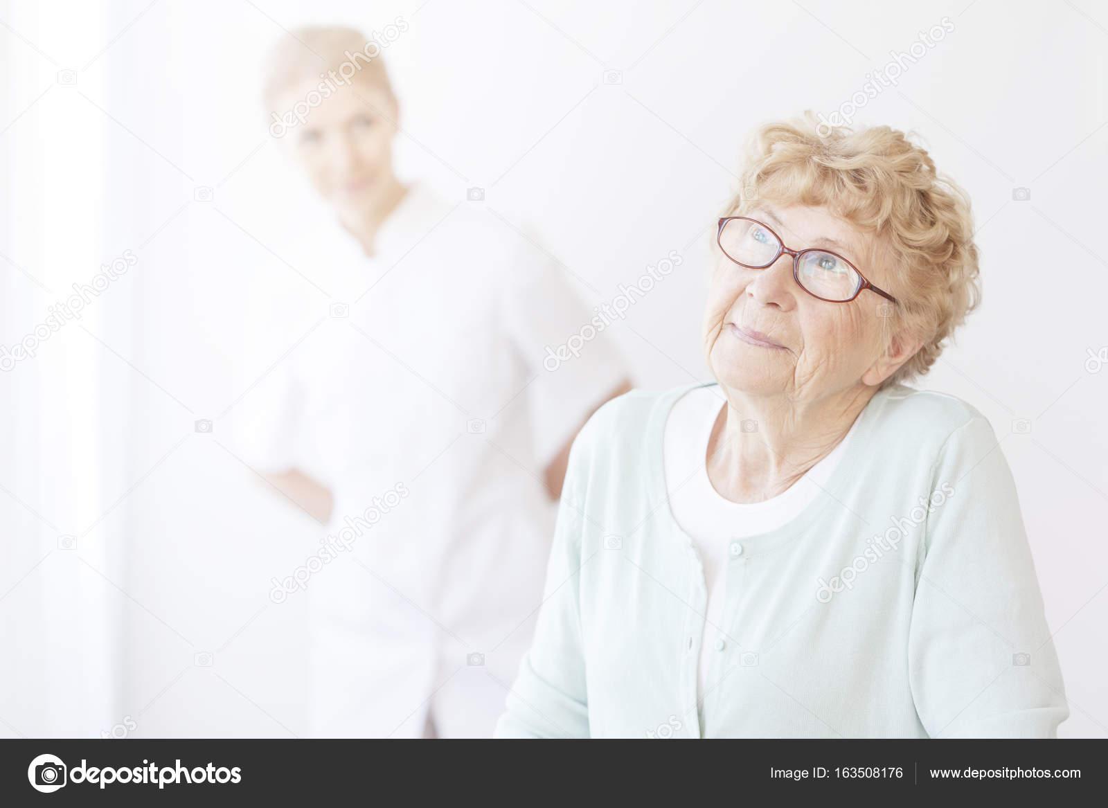 трахнул медсестру пожилой молодую