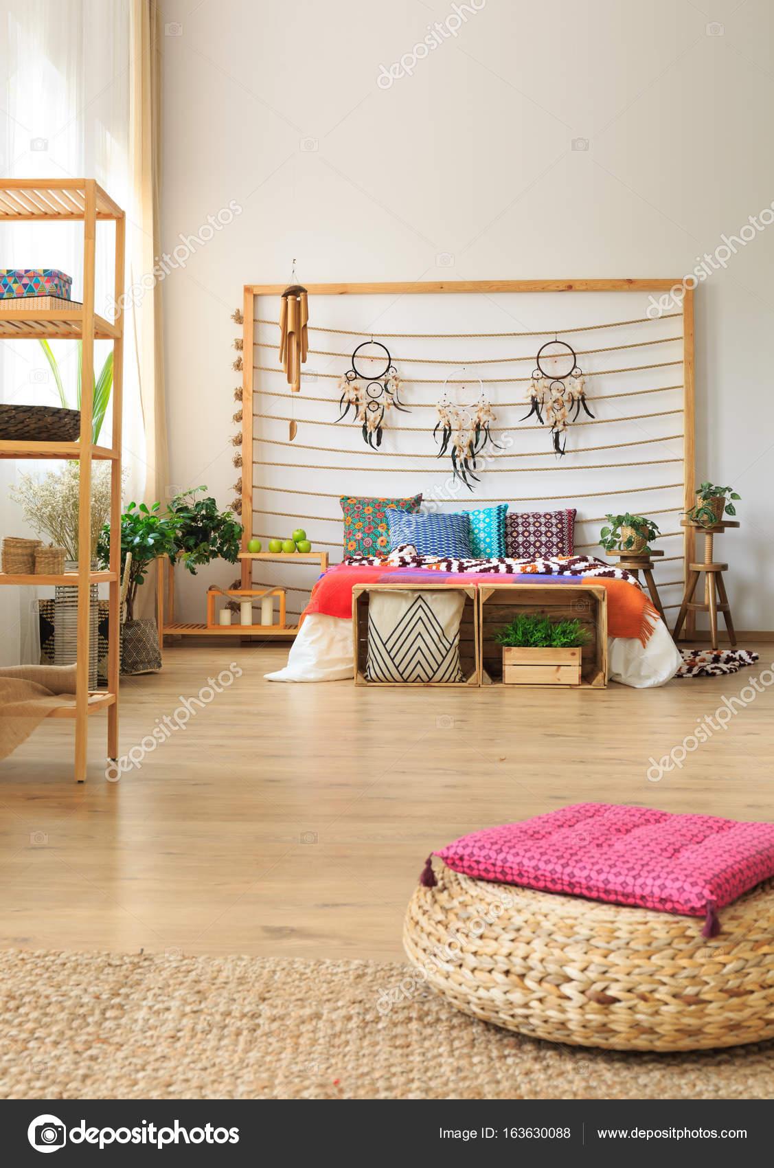 Camera da letto con mensole e ottomano — Foto Stock © photographee ...