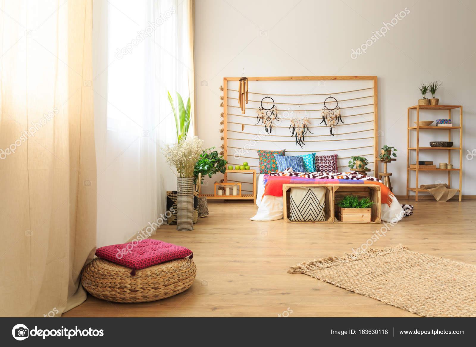 Dormitorio con decoracin tnica cama Fotos de Stock