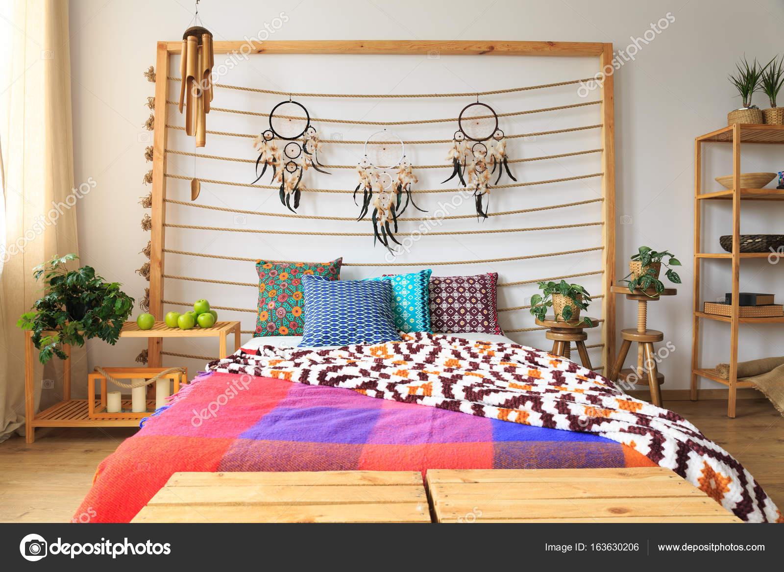 Dormitorio con cama de colores Foto de stock photographeeeu