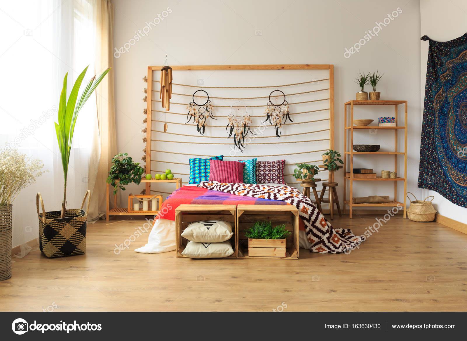 Appartamento con camera da letto etnico — Foto Stock © photographee ...