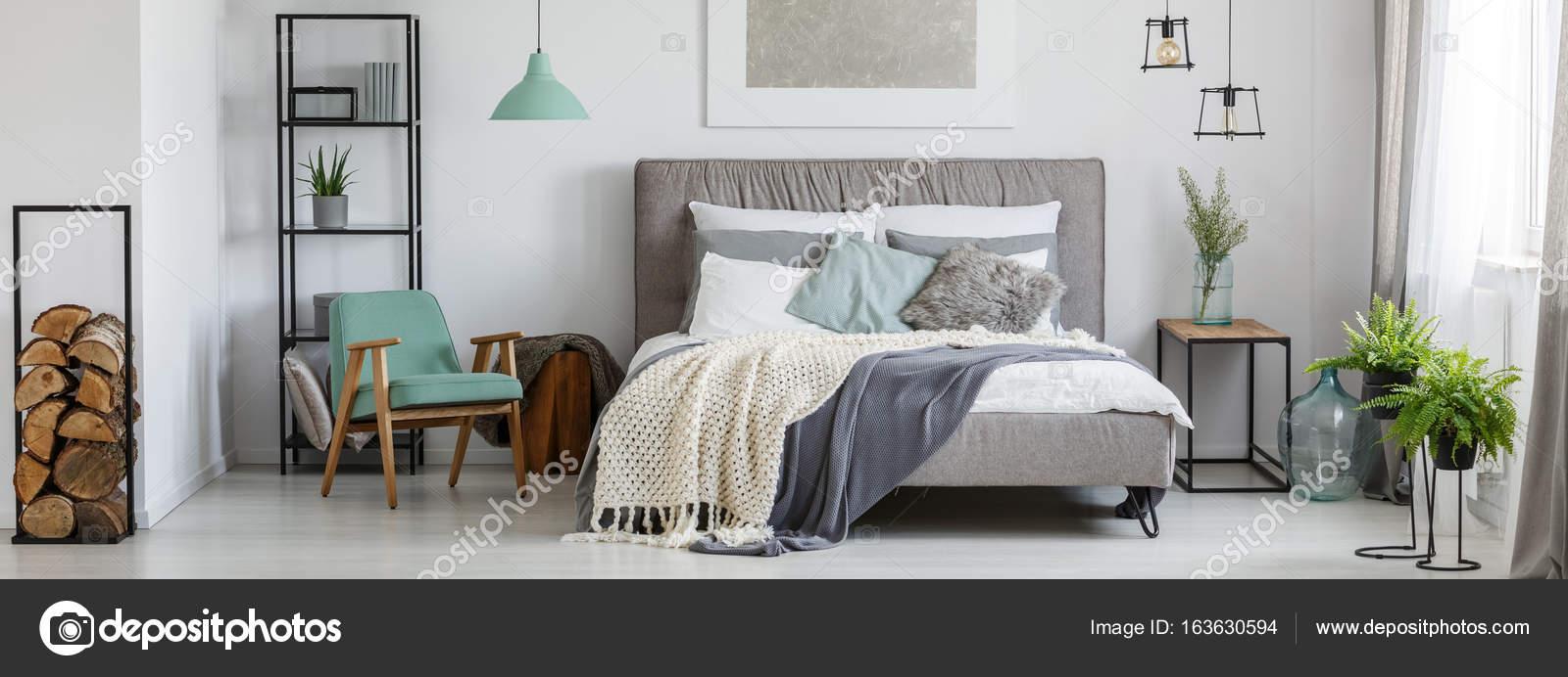 Gezellige mint en grijze slaapkamer — Stockfoto © photographee.eu ...