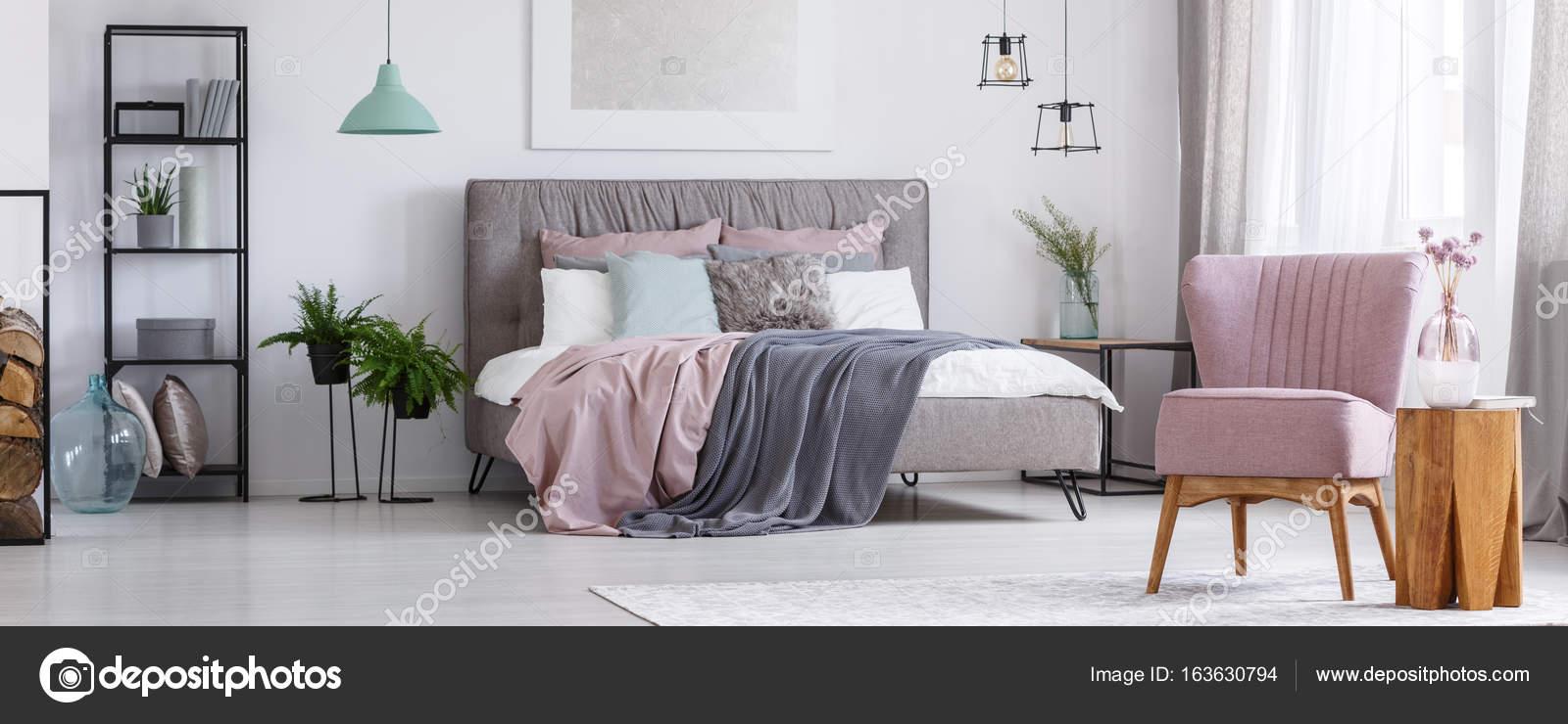 Rosa Stuhl im Schlafzimmer — Stockfoto © photographee.eu ...