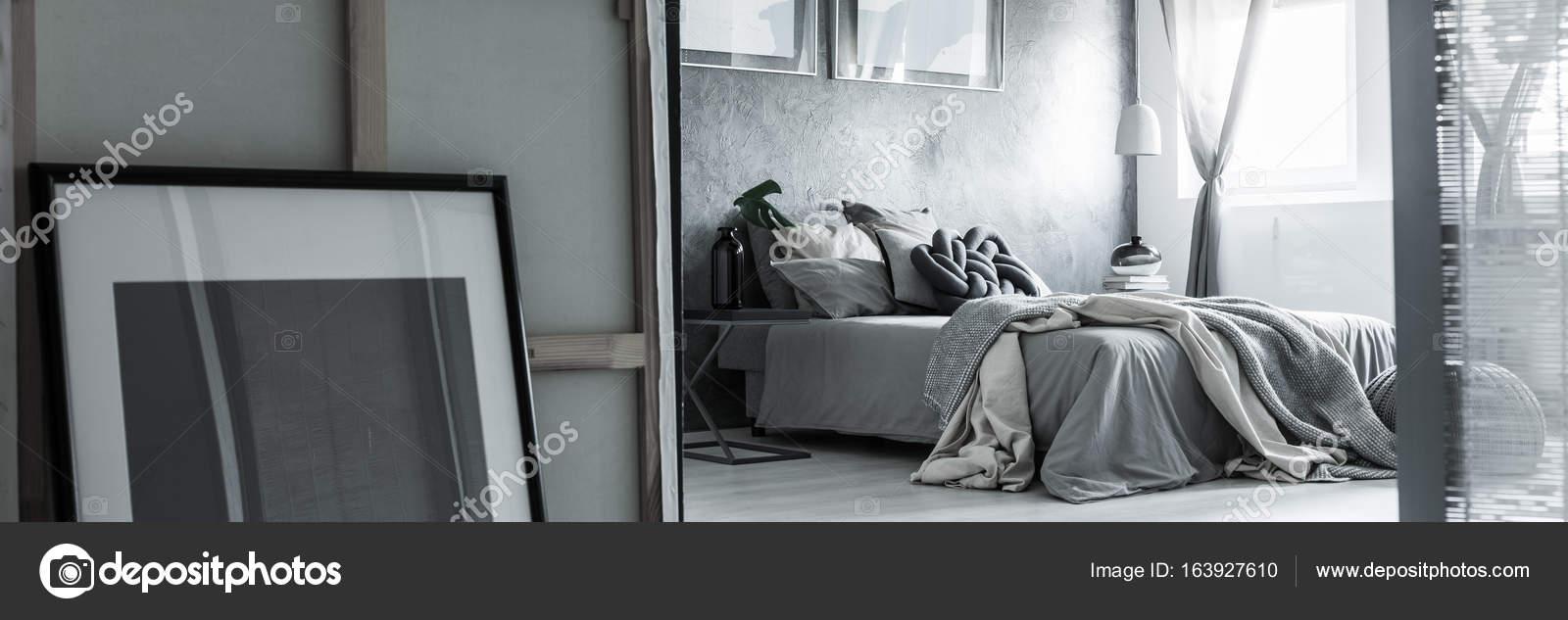 Graue Schlafzimmer Mit Chaos Auf Bett Am Fenster Und Zwei Bilder Oben U2014  Foto Von Photographee.eu