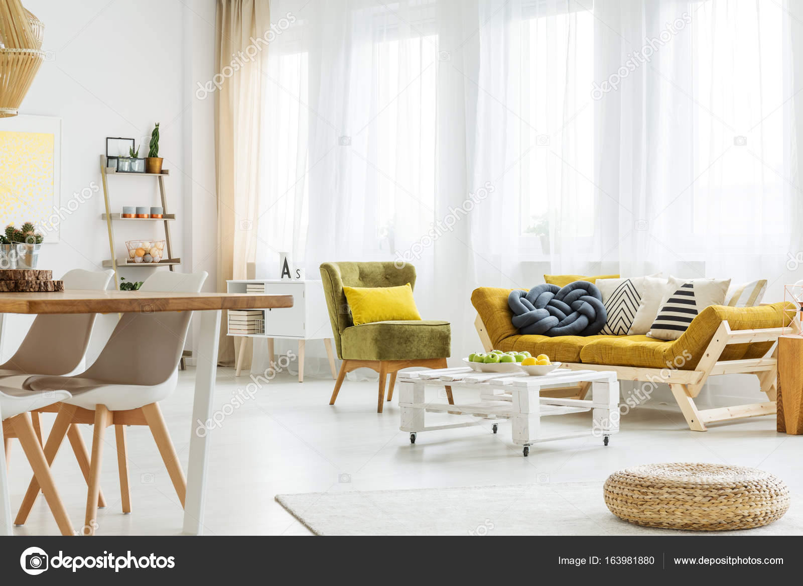 Wohnzimmer mit Tisch auf Rädern — Stockfoto © photographee.eu #163981880