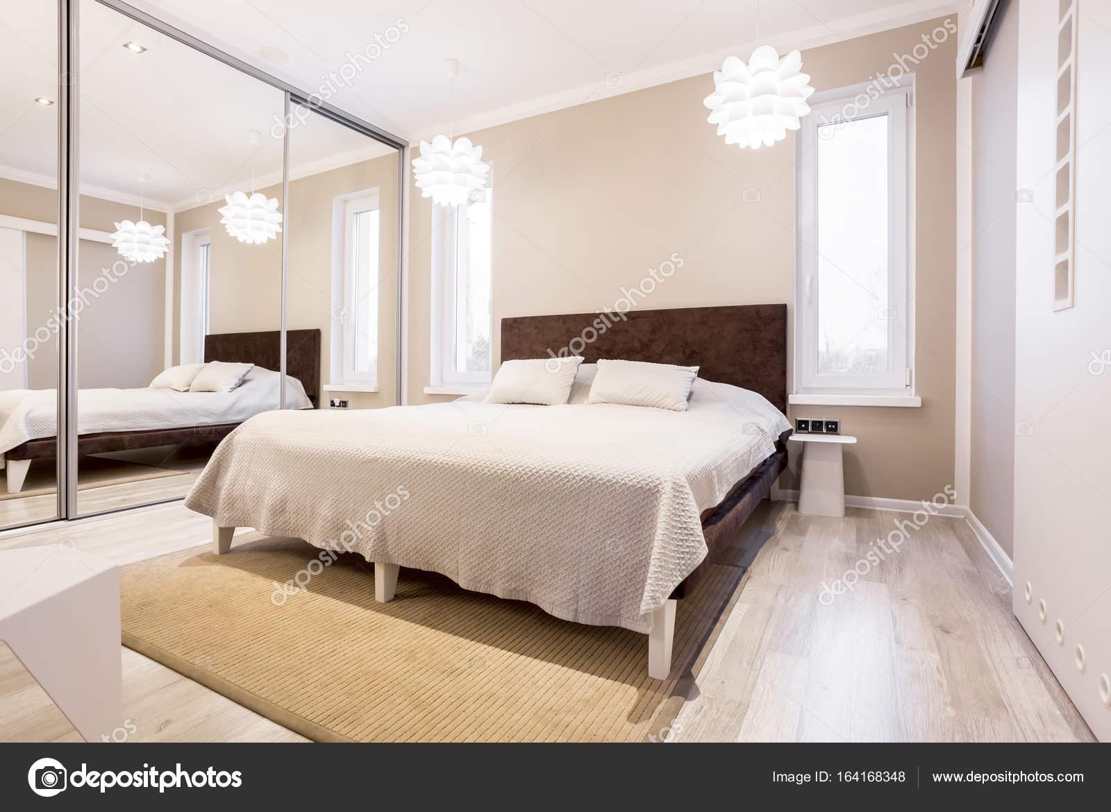Beige slaapkamer met spiegel kleerkast — Stockfoto © photographee.eu ...