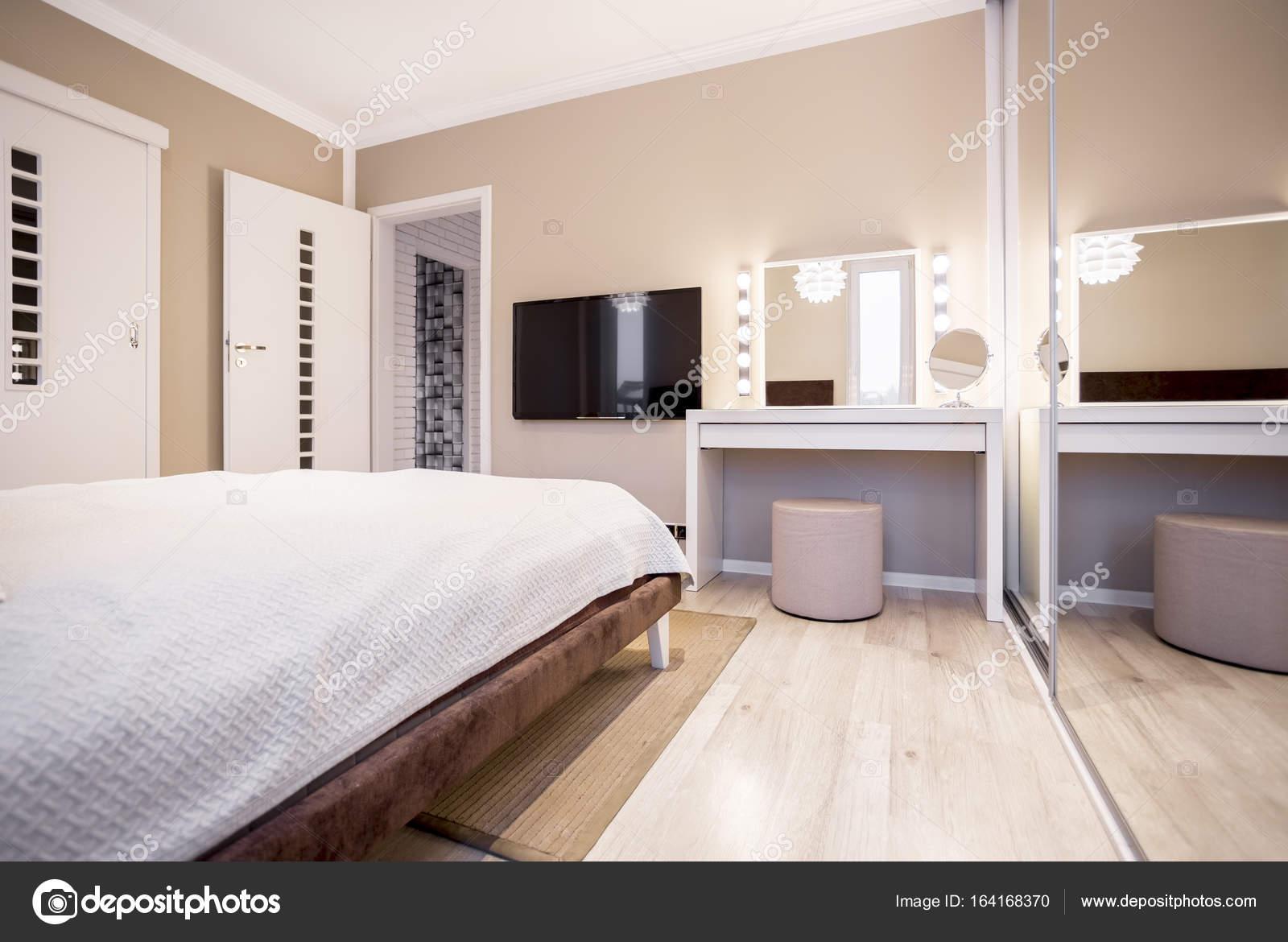 Schlafzimmer mit Tv und Schminktisch — Stockfoto © photographee.eu ...