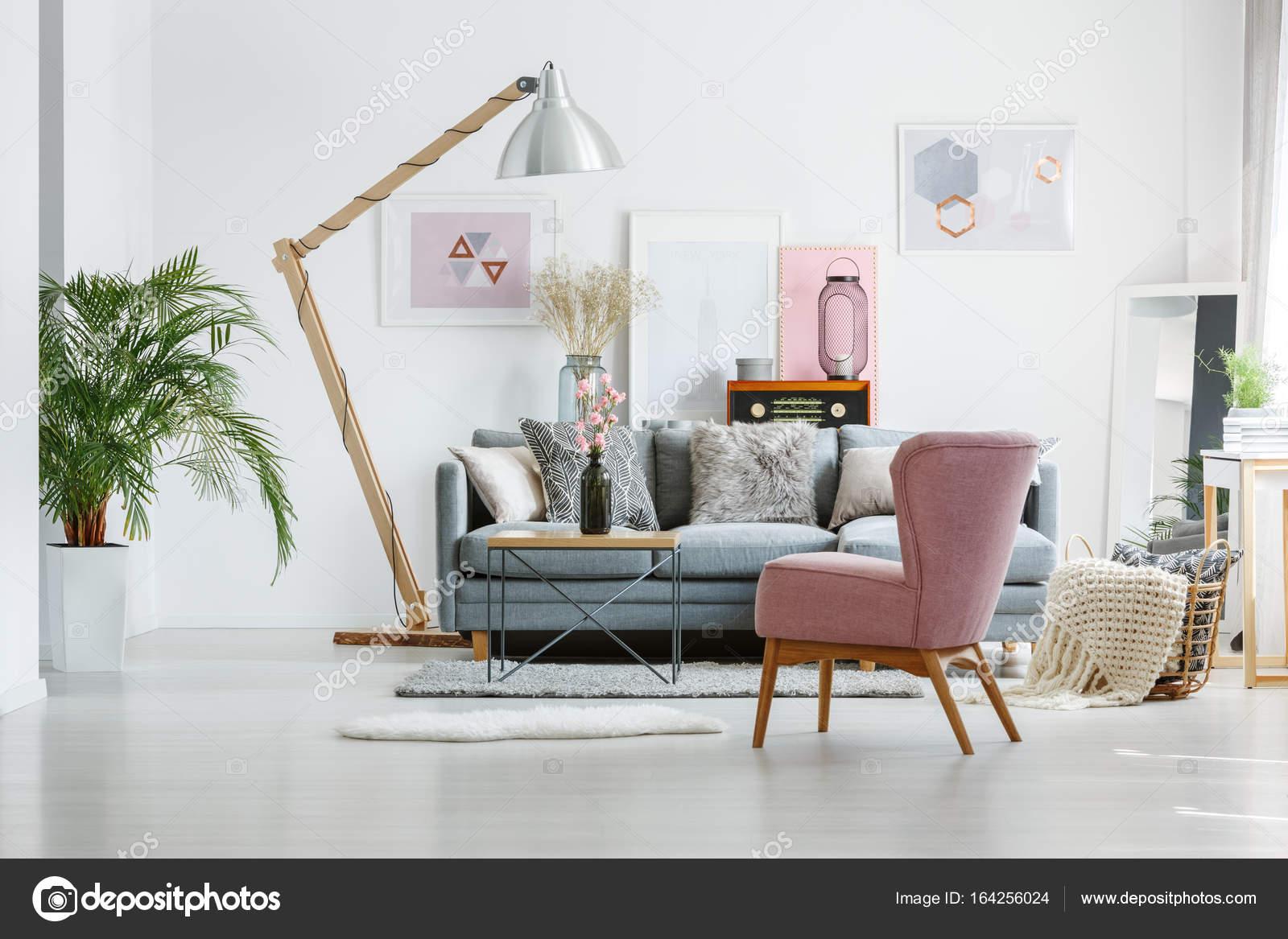 https://st3.depositphotos.com/2249091/16425/i/1600/depositphotos_164256024-stockafbeelding-artistieke-schilderijen-in-woonkamer.jpg