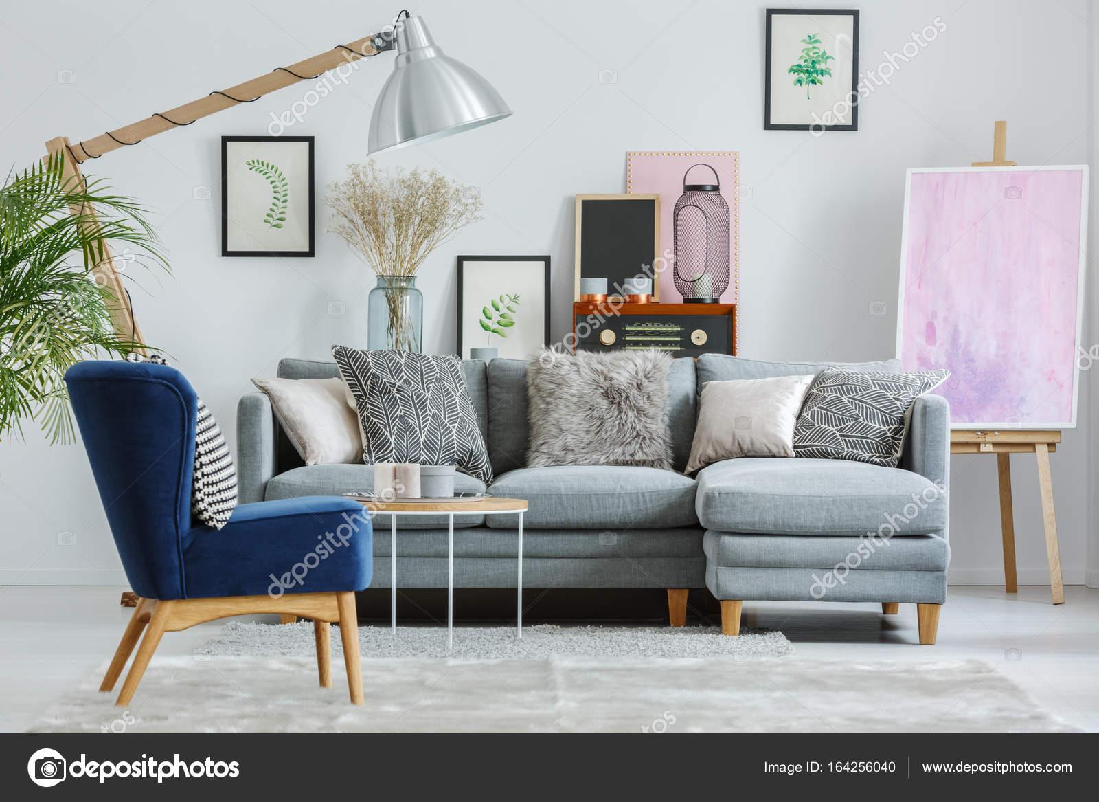 Auf Grau Gemusterte Kissen Couch Set Im Wohnzimmer Mit Vintage Möbeln Und  Rosa Anstrich Auf Staffelei U2014 Foto Von Photographee.eu