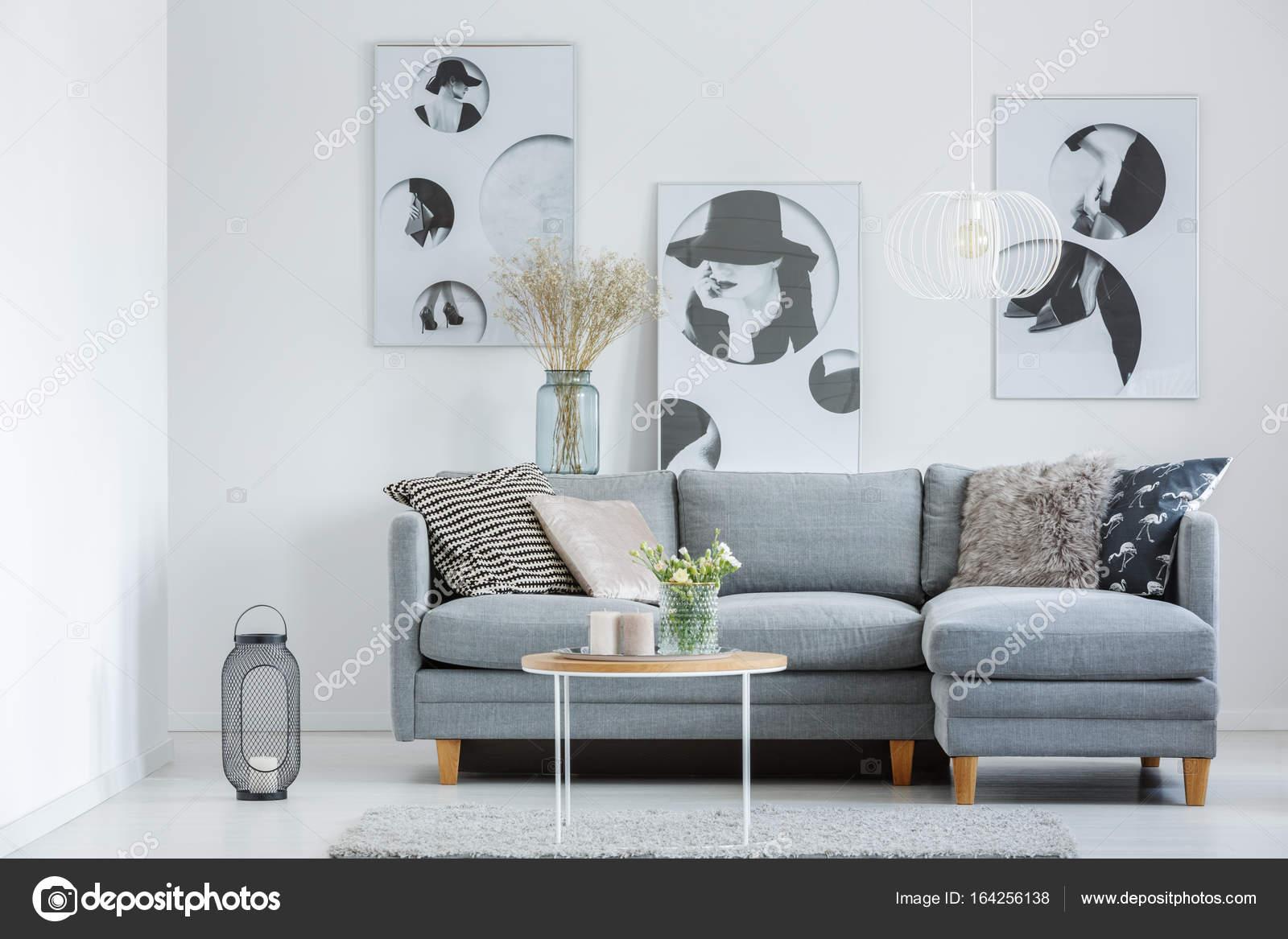 Woonkamer met klassieke posters — Stockfoto © photographee.eu #164256138