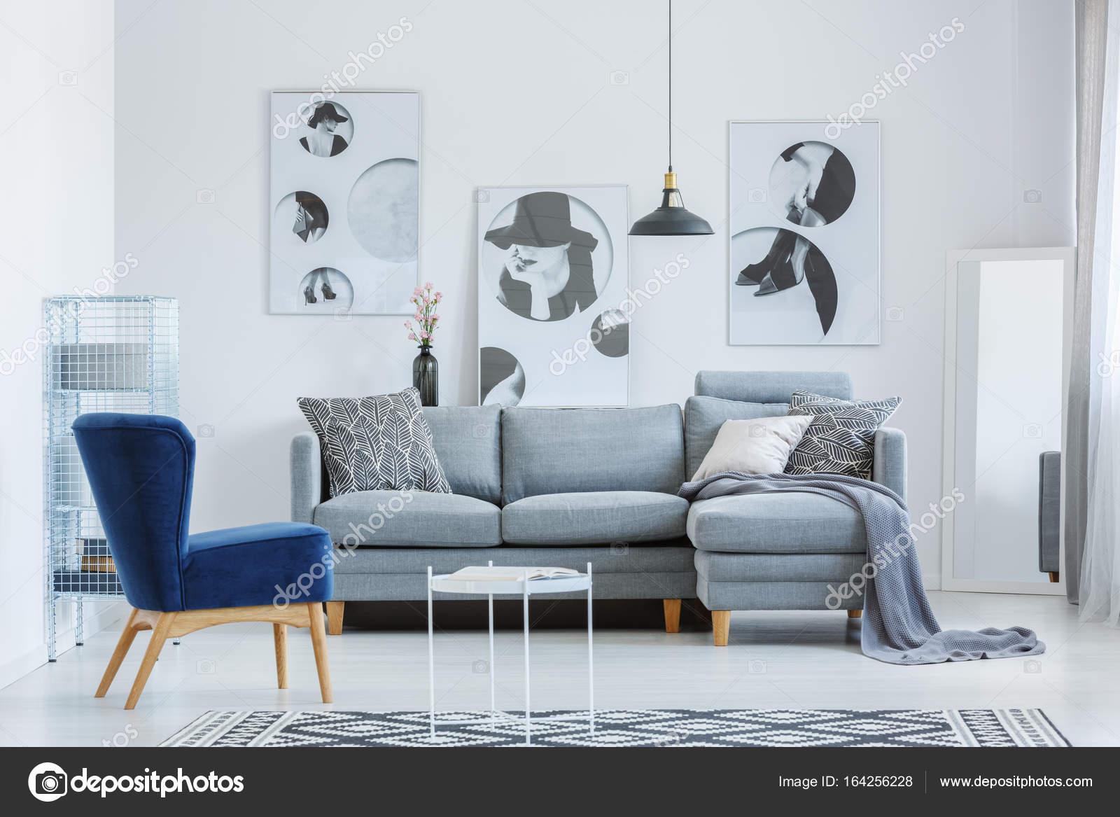 Sala De Estar Do Designer Com Cartazes Fotografias De Stock  -> Sala Com Sofa Cinza E Poltronas