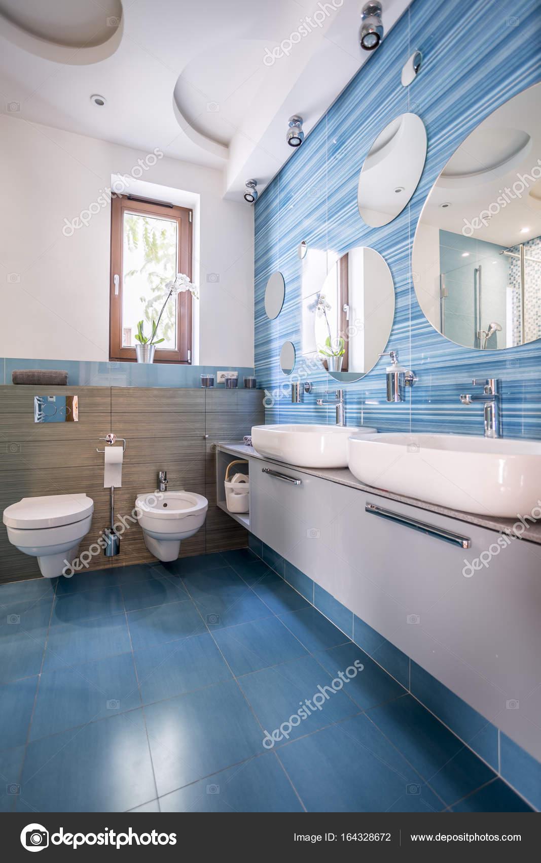 Badezimmer mit blauen Fliesen und Spiegel — Stockfoto © photographee ...