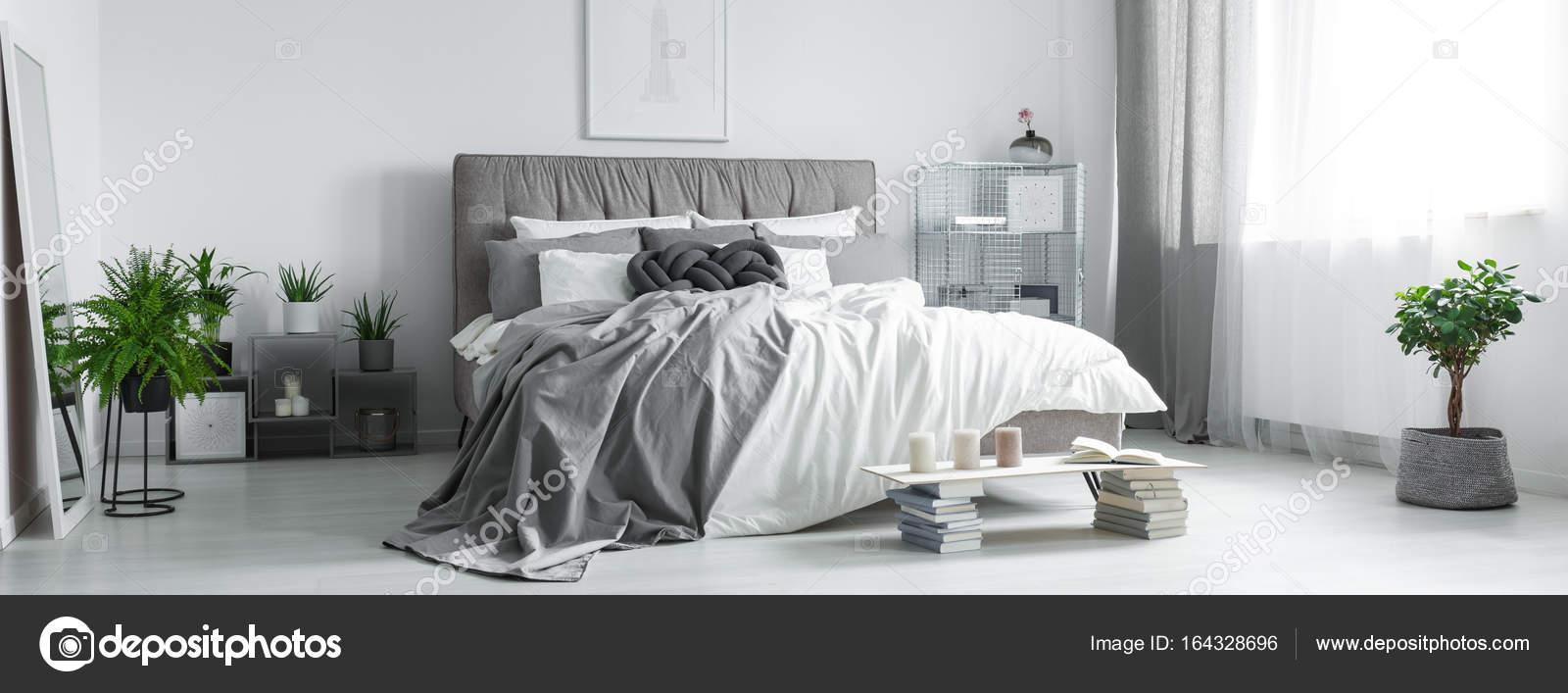 Almohadilla trenzada gris en cama King-Size — Foto de stock ...