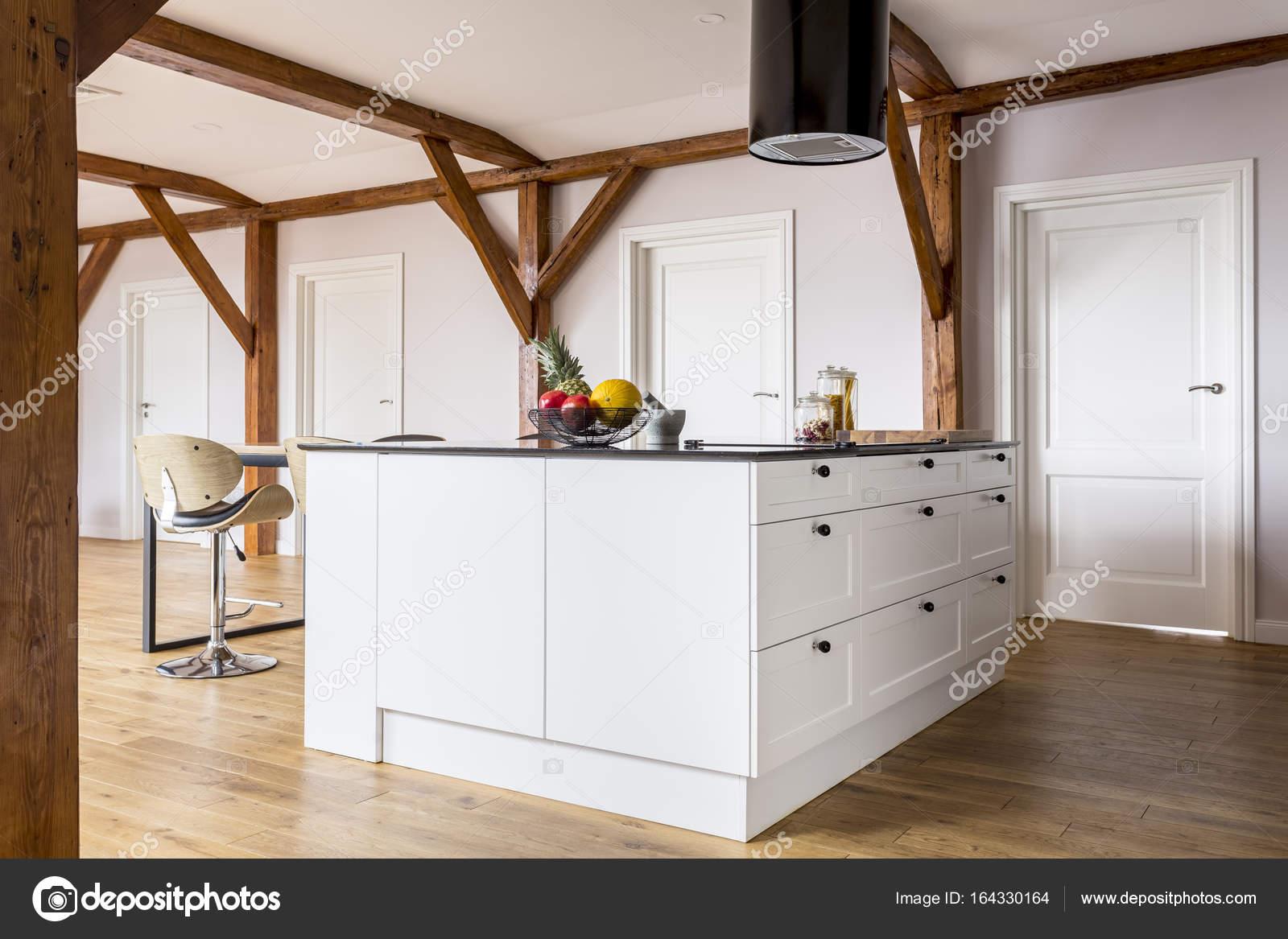 Freifläche mit Kücheninsel — Stockfoto © photographee.eu #164330164