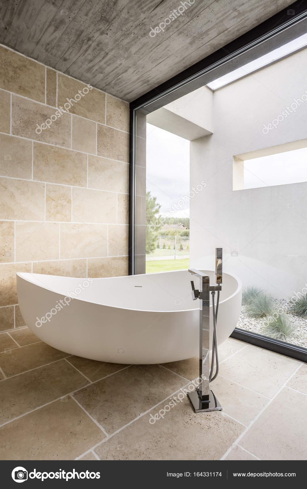 Grande parete vasca da bagno e finestra — Foto Stock © photographee ...