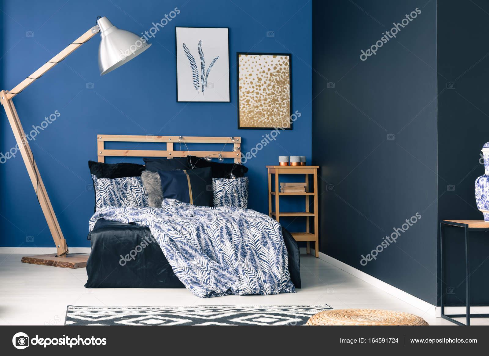Houten Slaapkamer Meubels : Cyaan slaapkamer met houten meubels u stockfoto photographee eu
