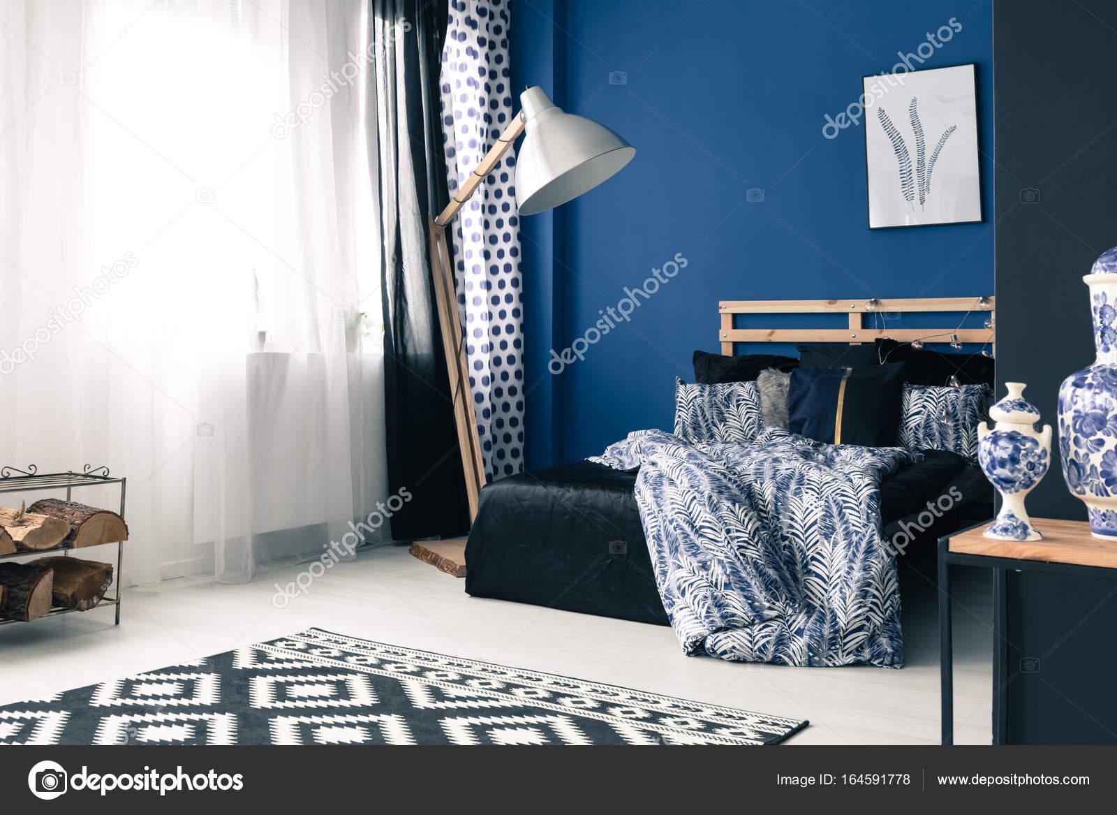 Camera da letto calma con parete di cobalto — Foto Stock ...