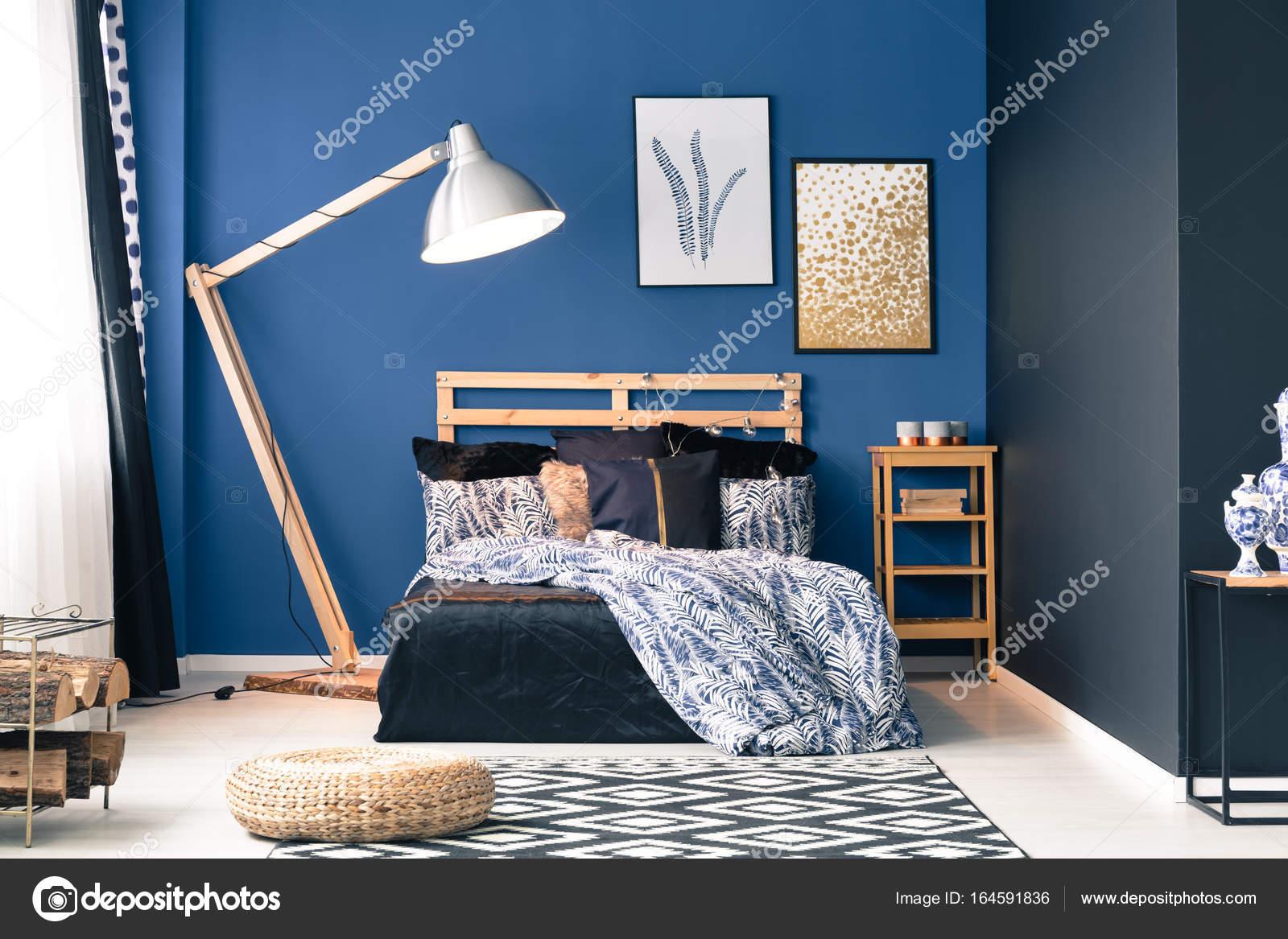 donker blauwe slaapkamer stockfoto