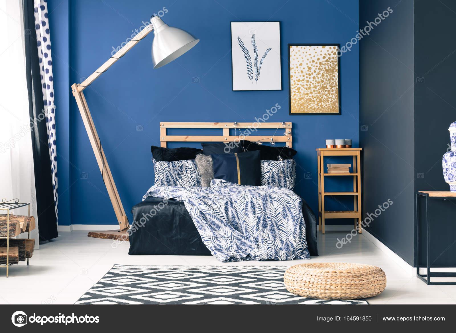 Blaues schlafzimmer mit goldenen akzenten stockfoto 164591850 - Blaues schlafzimmer ...