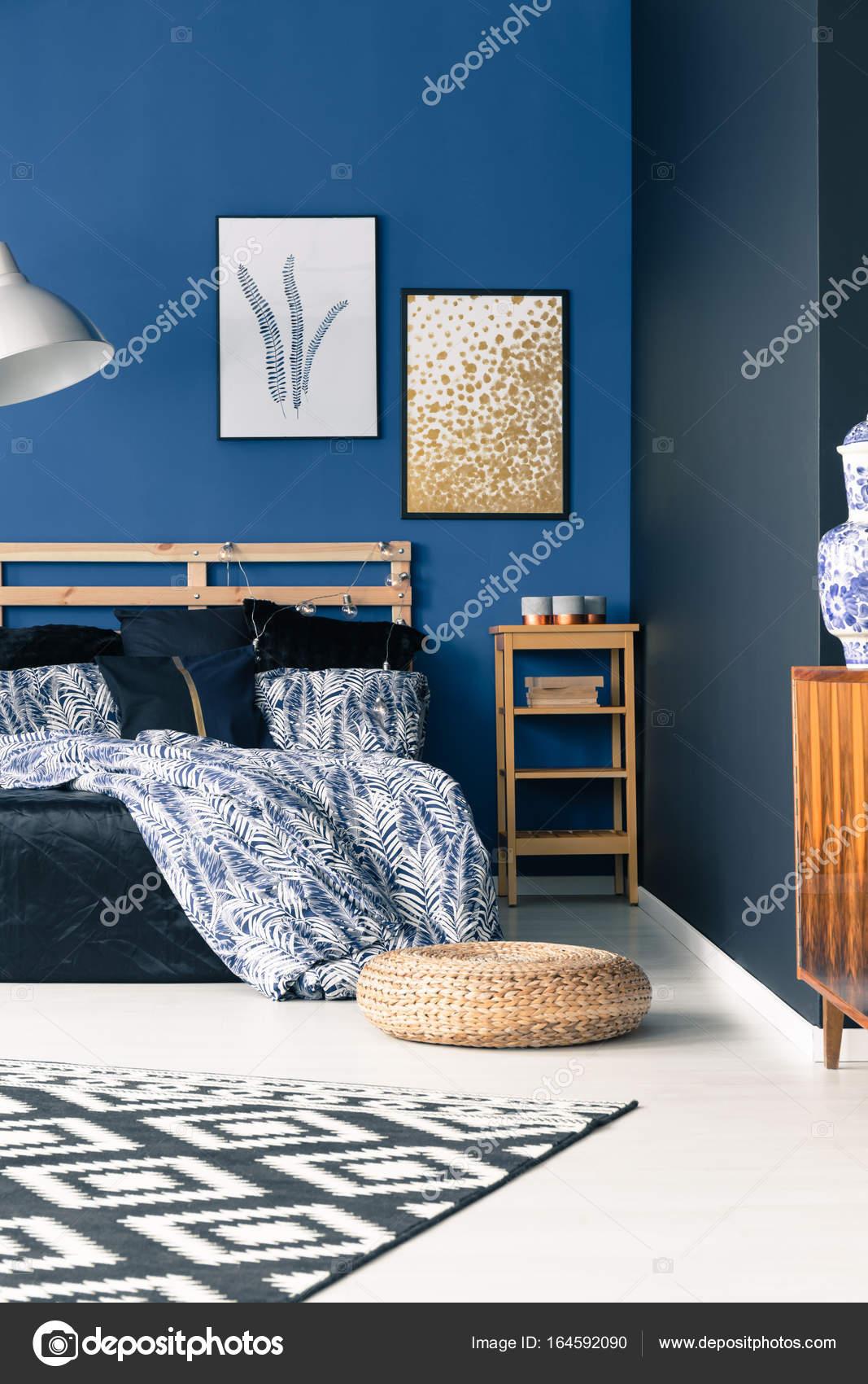 Raffinata camera da letto con le pareti blu — Foto Stock ...