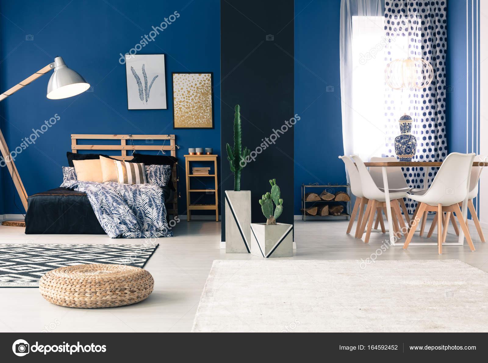 Blu Appartamento con camera da letto separata — Foto Stock ...