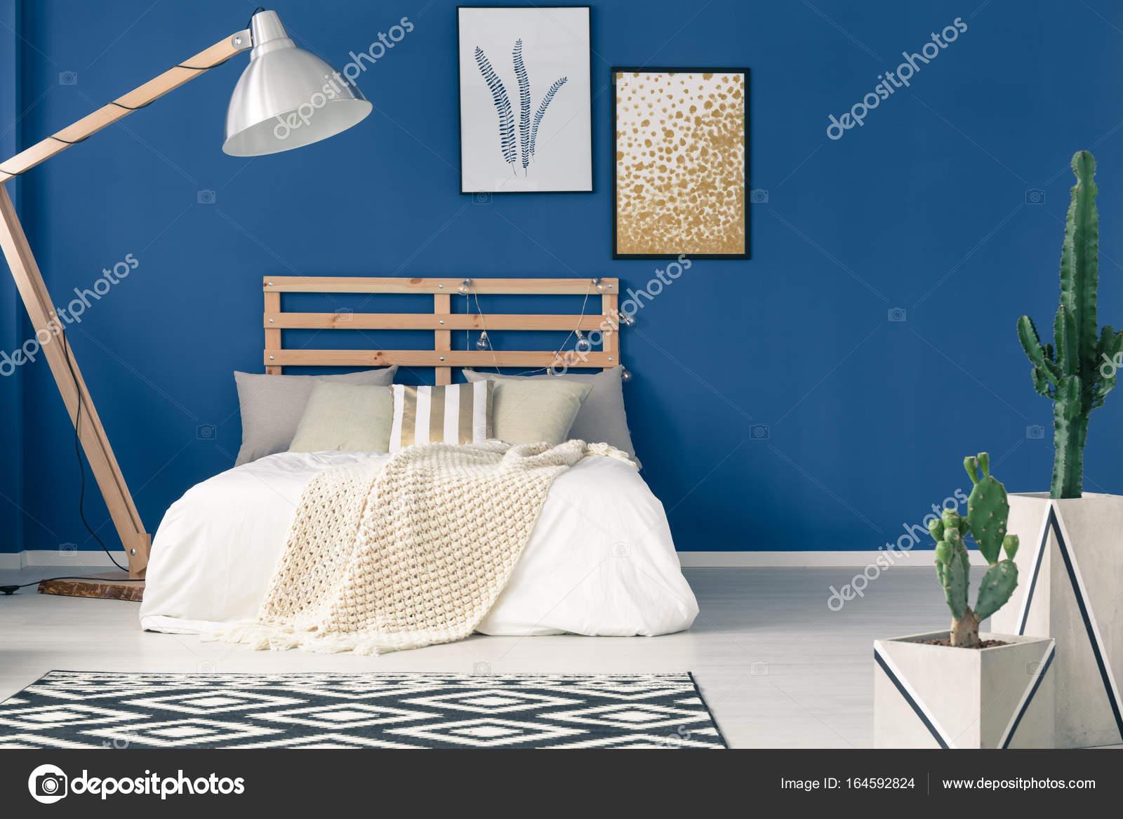 Pareti blu e luce biancheria da letto — Foto Stock © photographee.eu ...