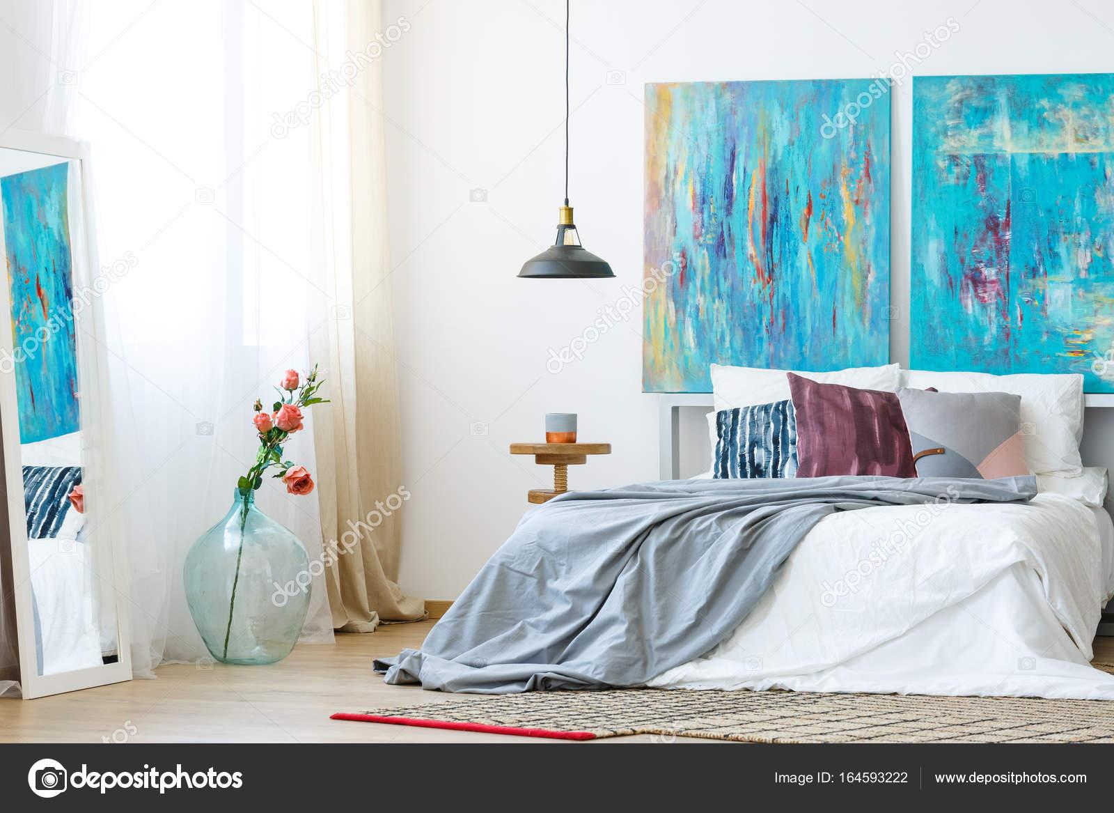 Slaapkamer met diy geschilderd kussens u stockfoto photographee
