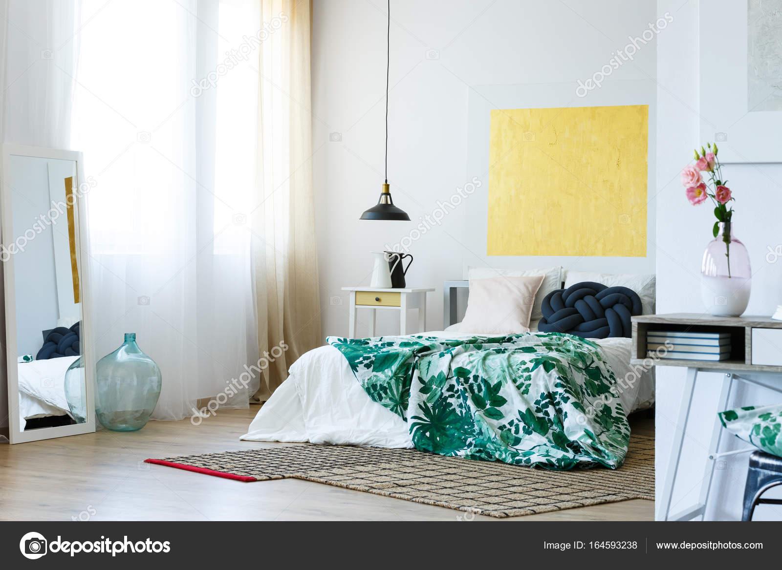Chambre à coucher moderne verte et jaune — Photographie ...