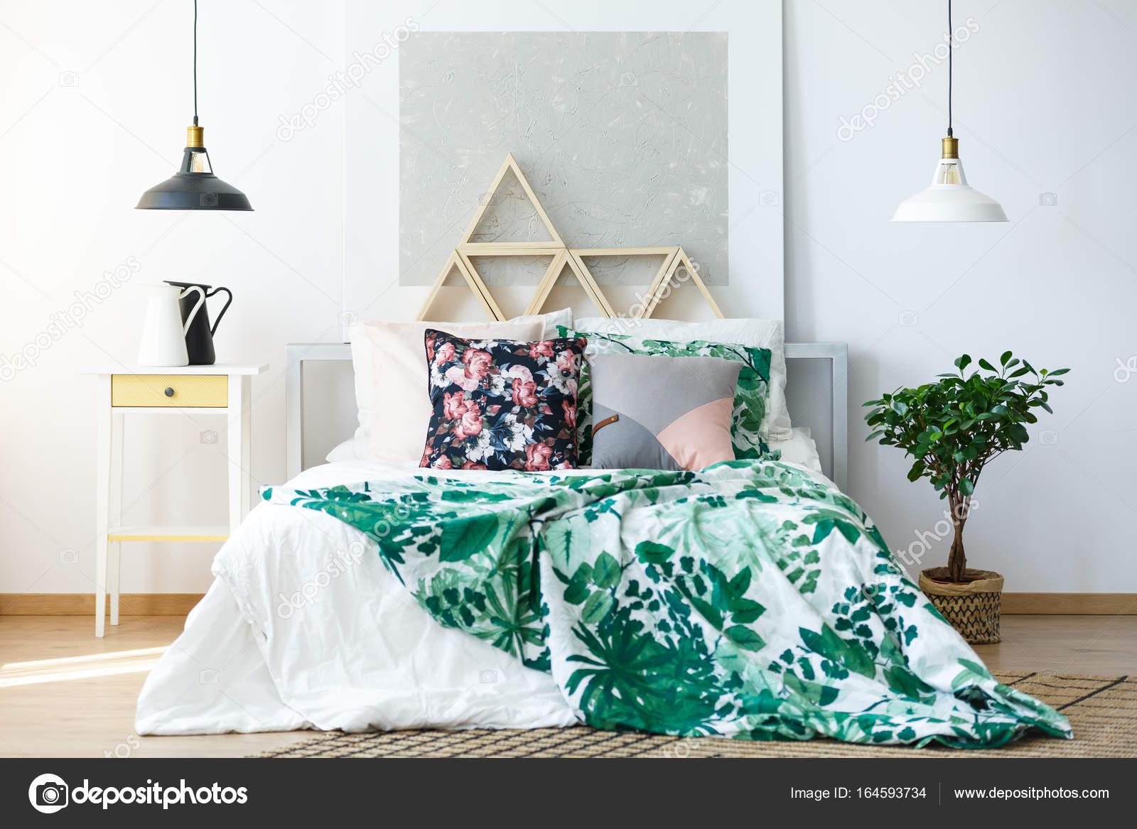 natuurlijke slaapkamer met delicate meubilair stockfoto