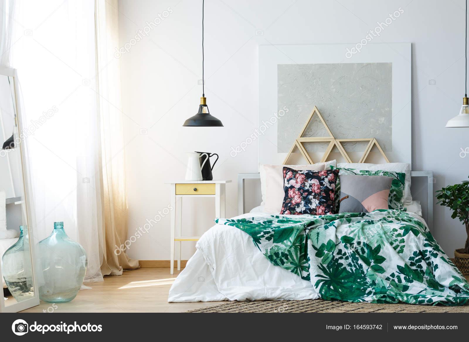 comfortabele slaapkamer met rustgevende kleuren stockfoto